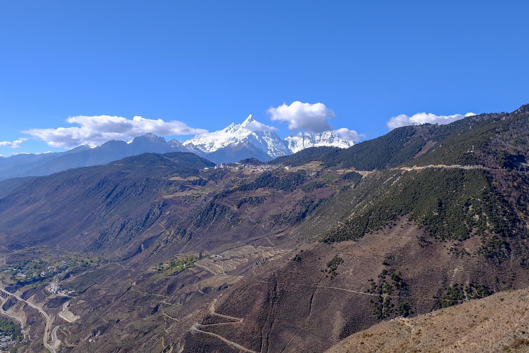 Blick auf das Meili Snow Mountain Gebirge in Yunnan, China im Herbst