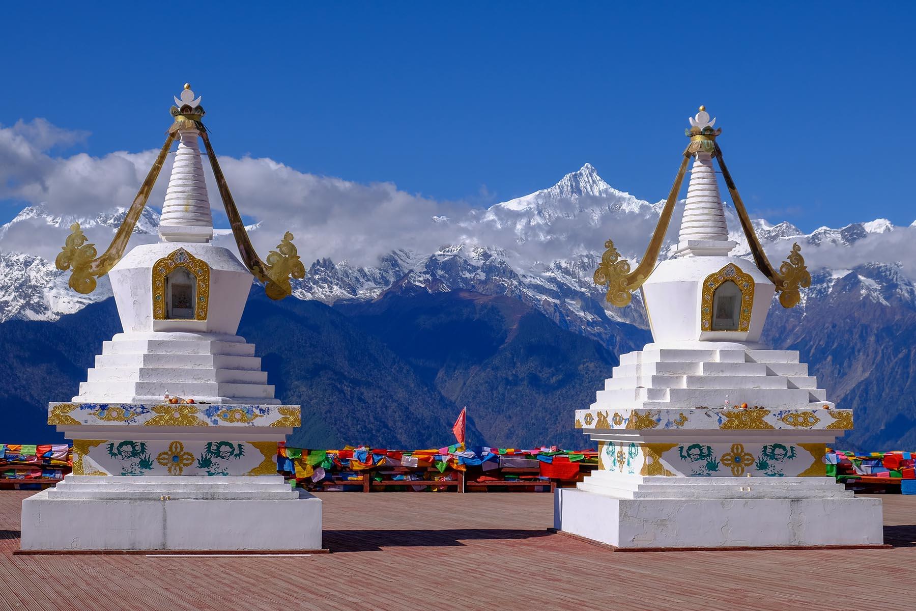 Feilai Tempel vor den Meili Snow Mountain Gipfeln mit Schnee in Yunnan, China