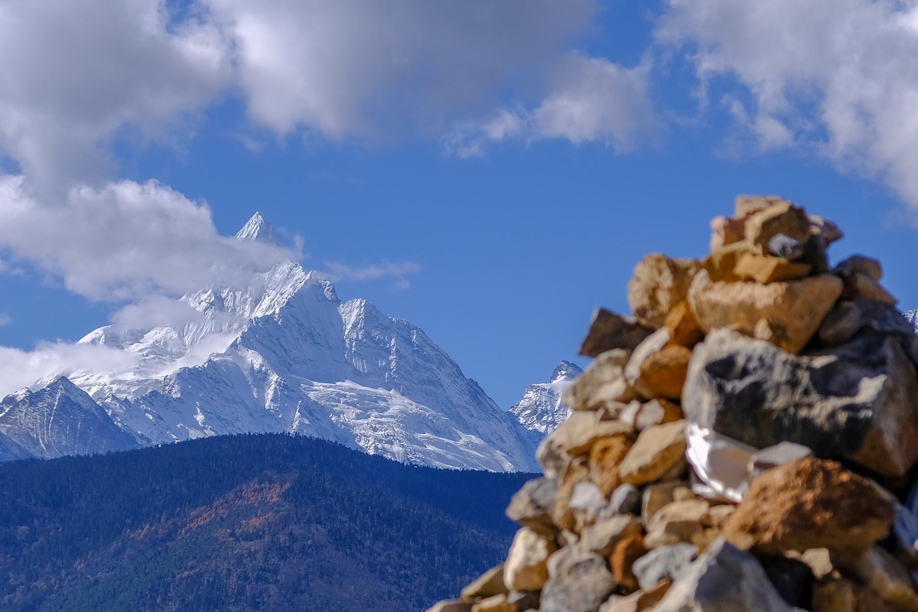 Kawagebo mit Schnee, der höchste Gipfel der Meili Snow Mountains in Yunnan, China