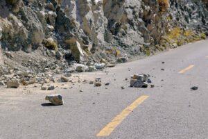 Geröll und Steine auf der Straße in den Bergen in Yunnan, China