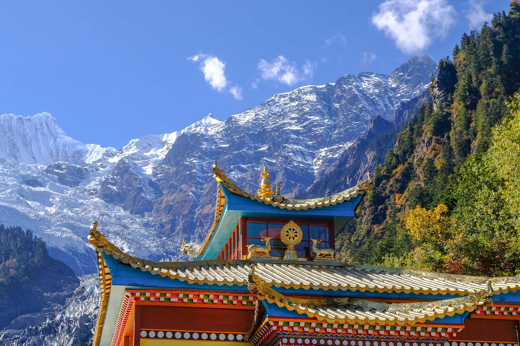 Tempel am Ende des Wanderweges zum Mingyong Gletscher in Yunnan, China im Herbst