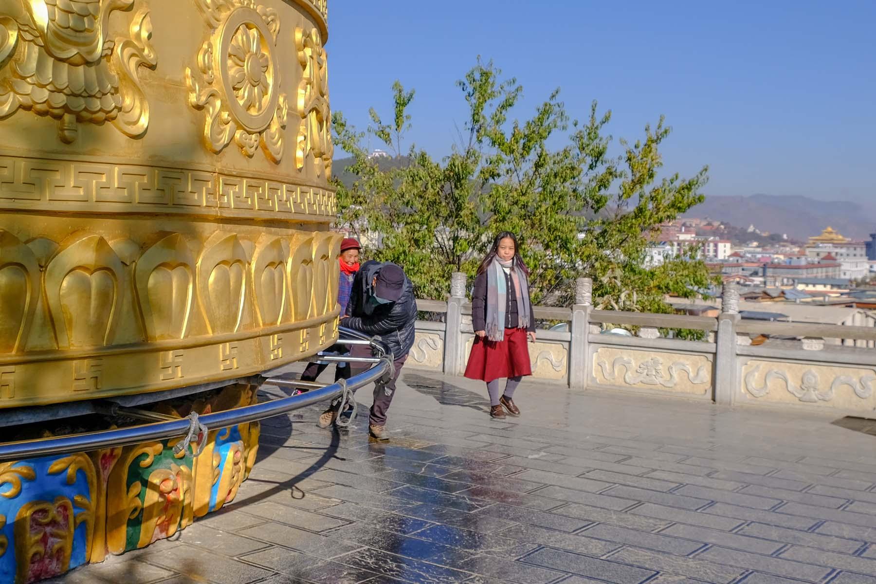 Größte Gebetsmühle der Welt in der Altstadt von Shangrila, Yunnan