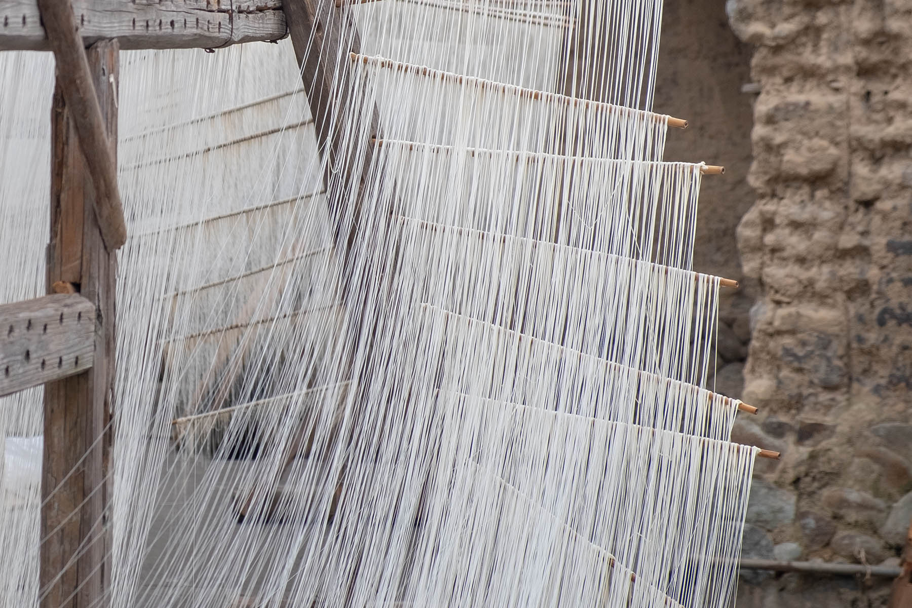 Reisnudeln hängen zum Trocknen draußen in Songkou in Fujian, China