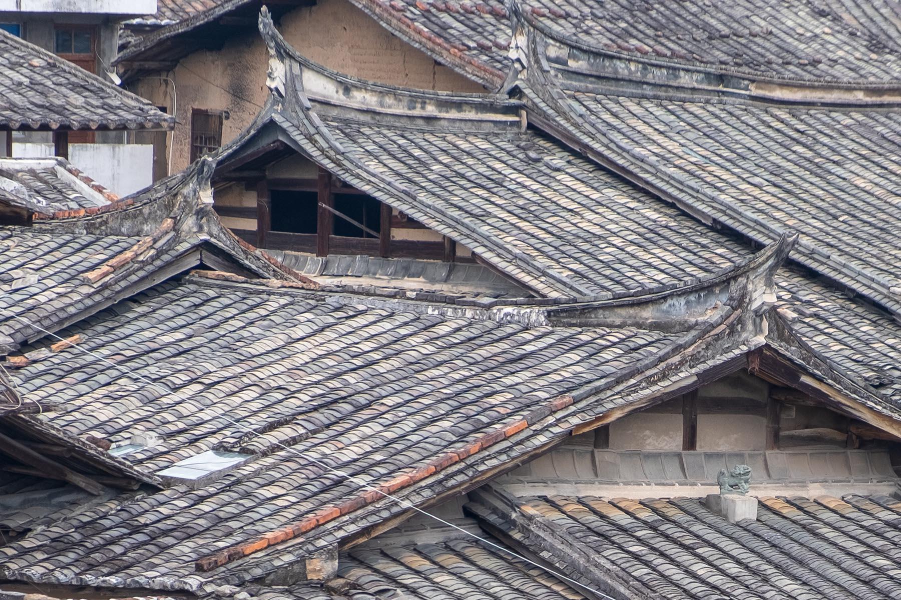 Blick auf alte Dächer in Songkou in Fujian, China