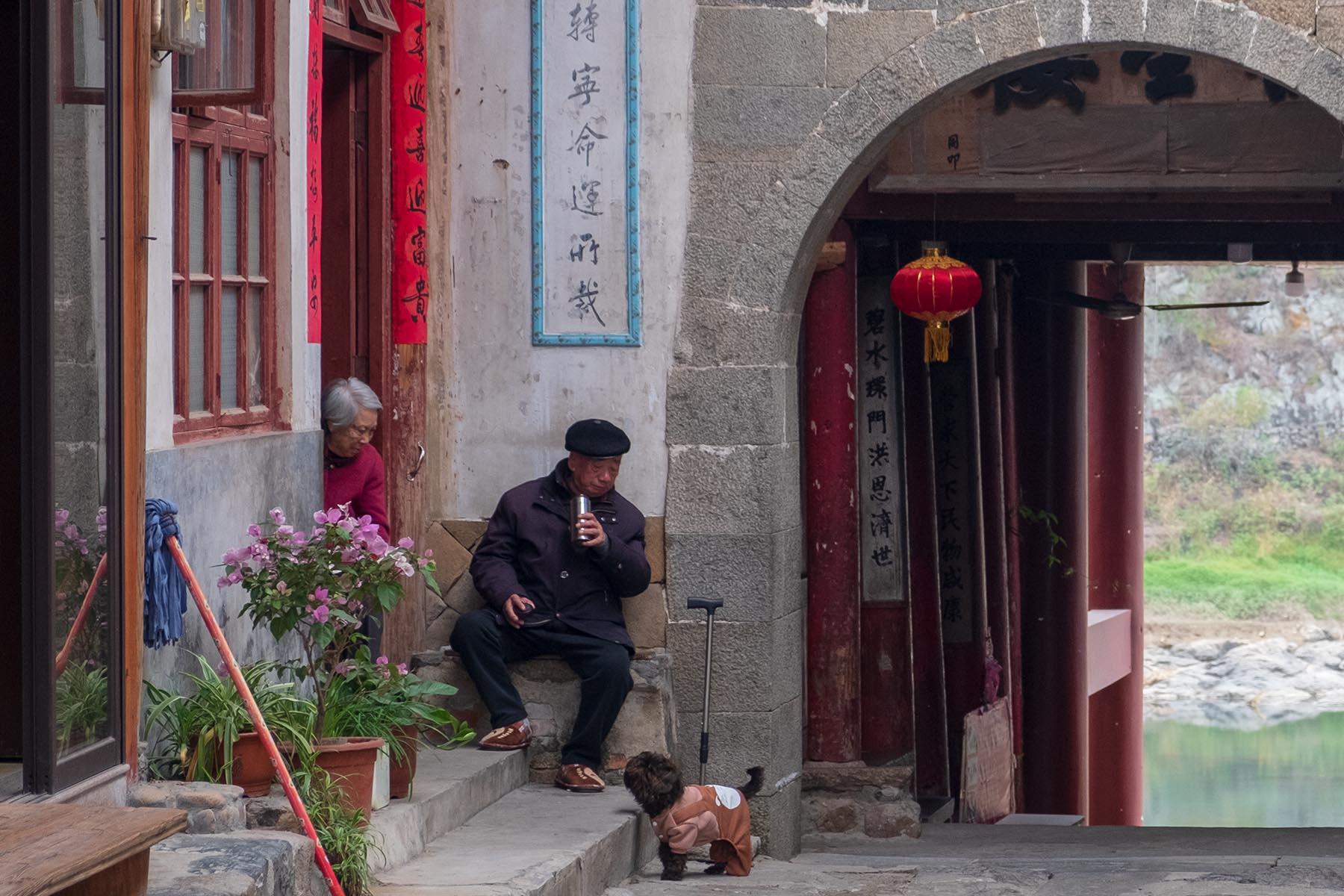Alter Mann trinkt Tee in Songkou in Fujian, China