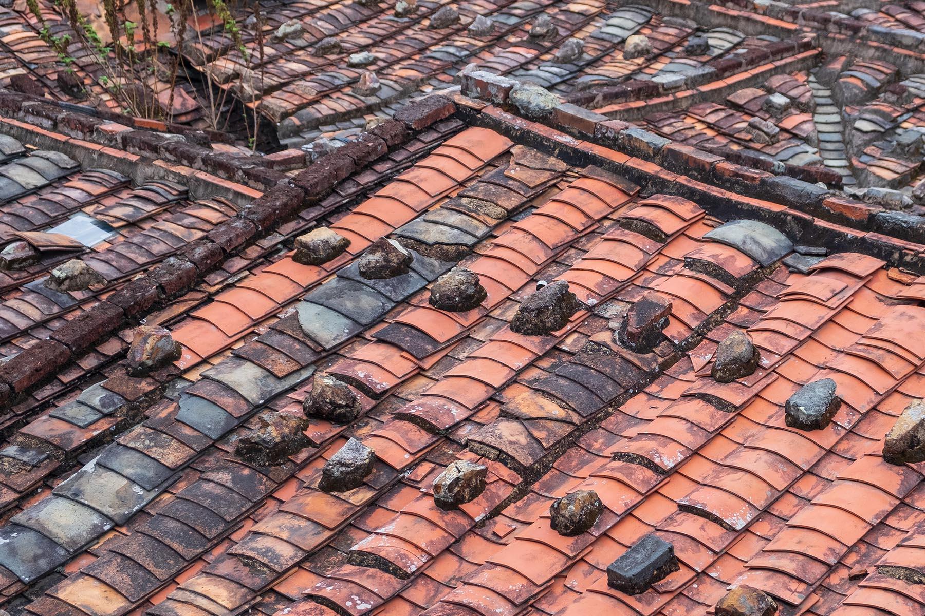 Blick auf Steinhaus Dächer in Zhangjiao in der Provinz Fujian, China