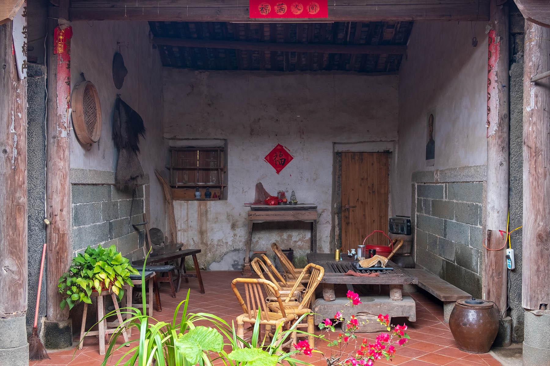 Blick in ein altes Steinhaus in Zhangjiao in der Provinz Fujian, China