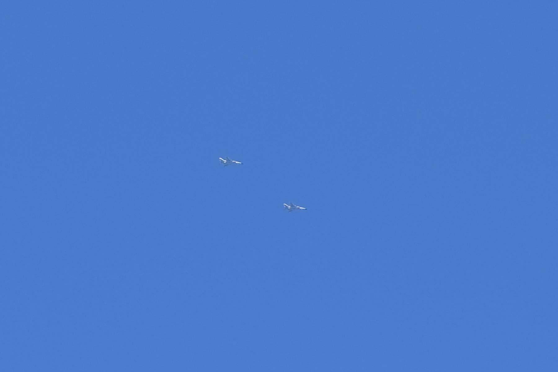 Kampfflugzeuge am Himmel über dem Nine Dragon Lake Park in Ningbo, China