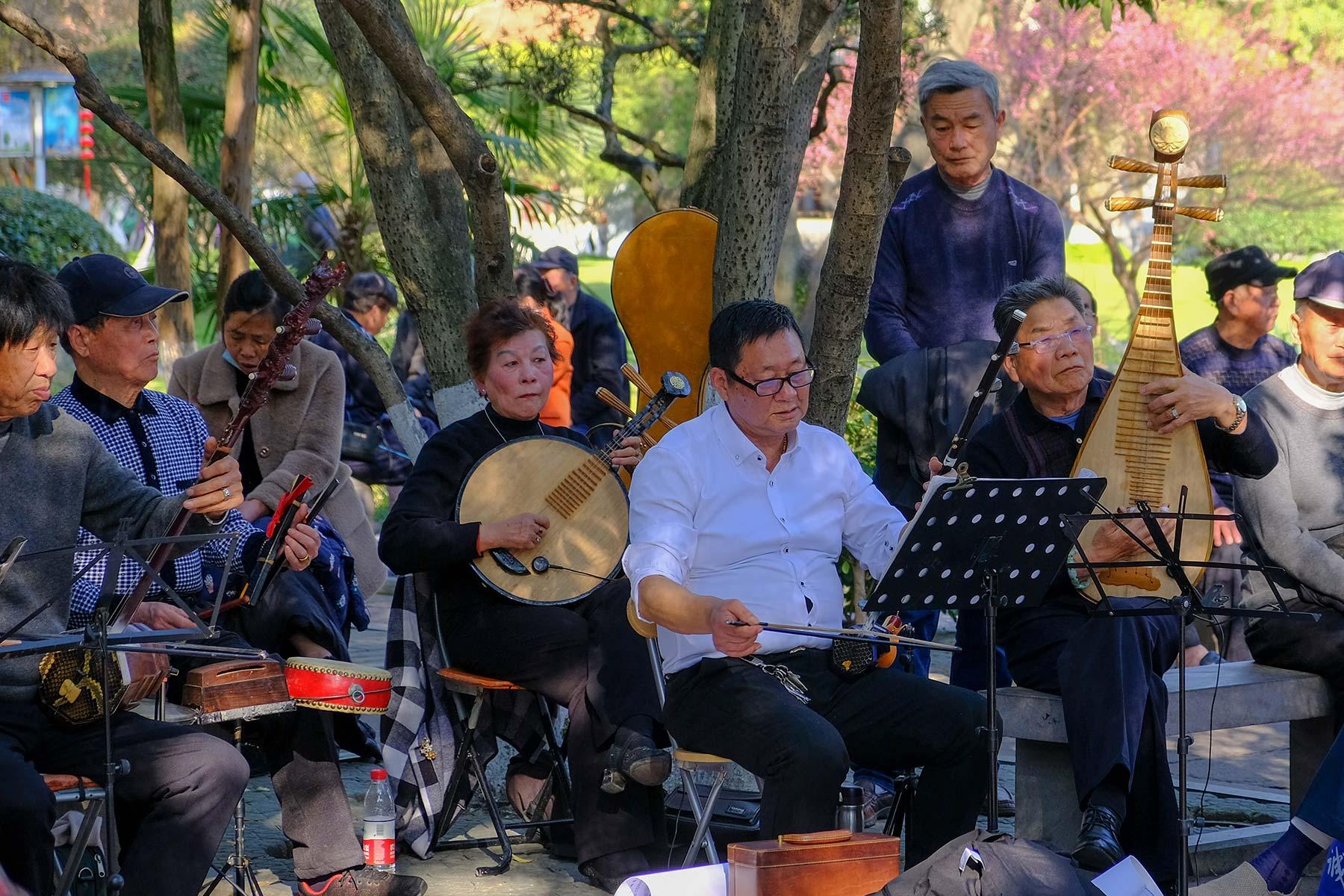 Musik und Besucher im Zhongshan Park in Ningbo, China
