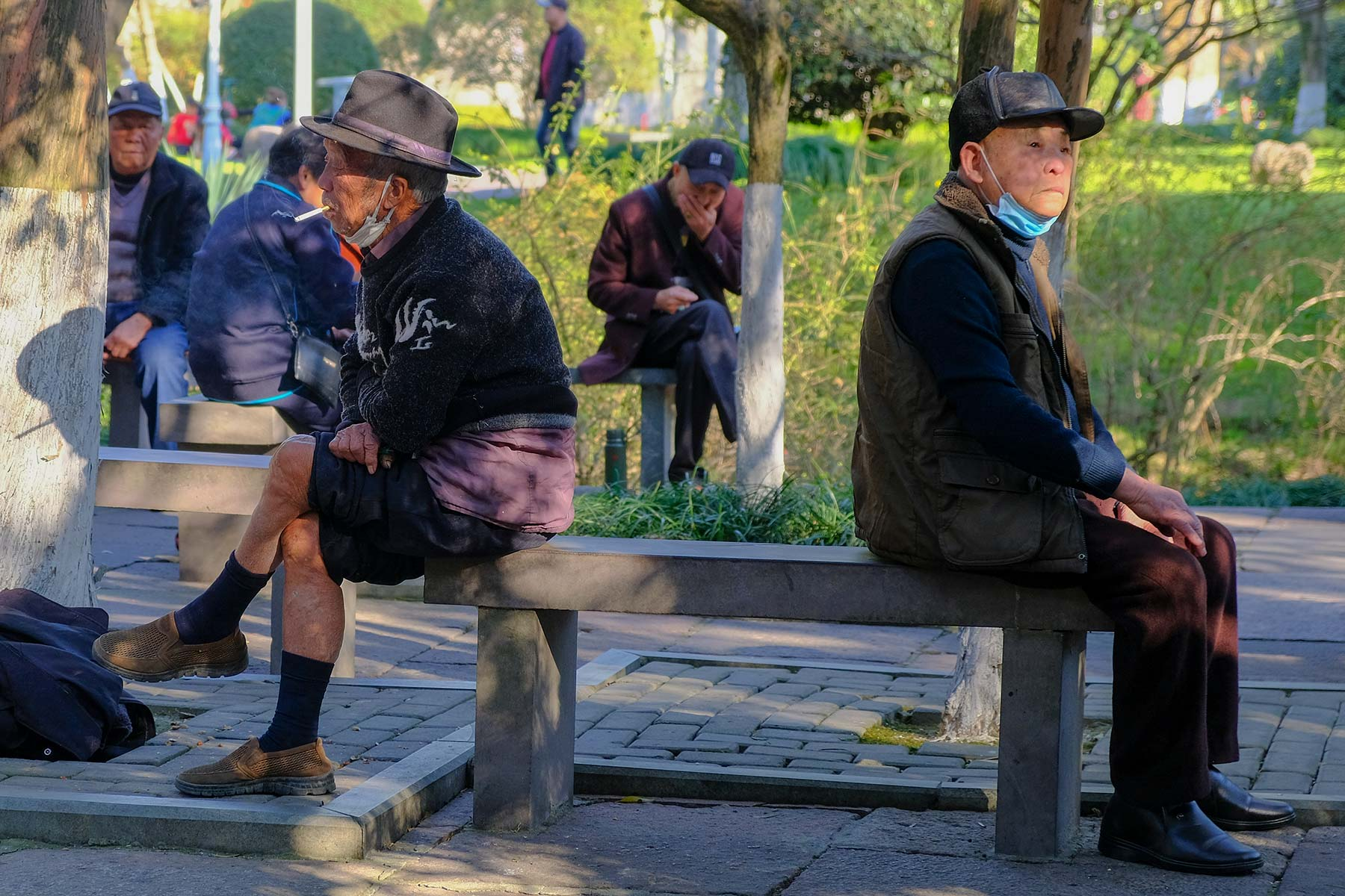Alte Männer sitzen im Zhongshan Park in Ningbo, China