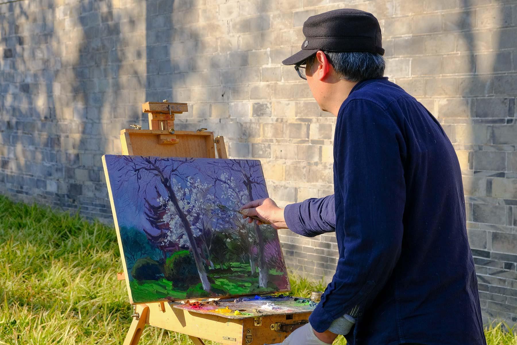 Mann malt Bild im Frühling im Zhongshan Park in Ningbo, China