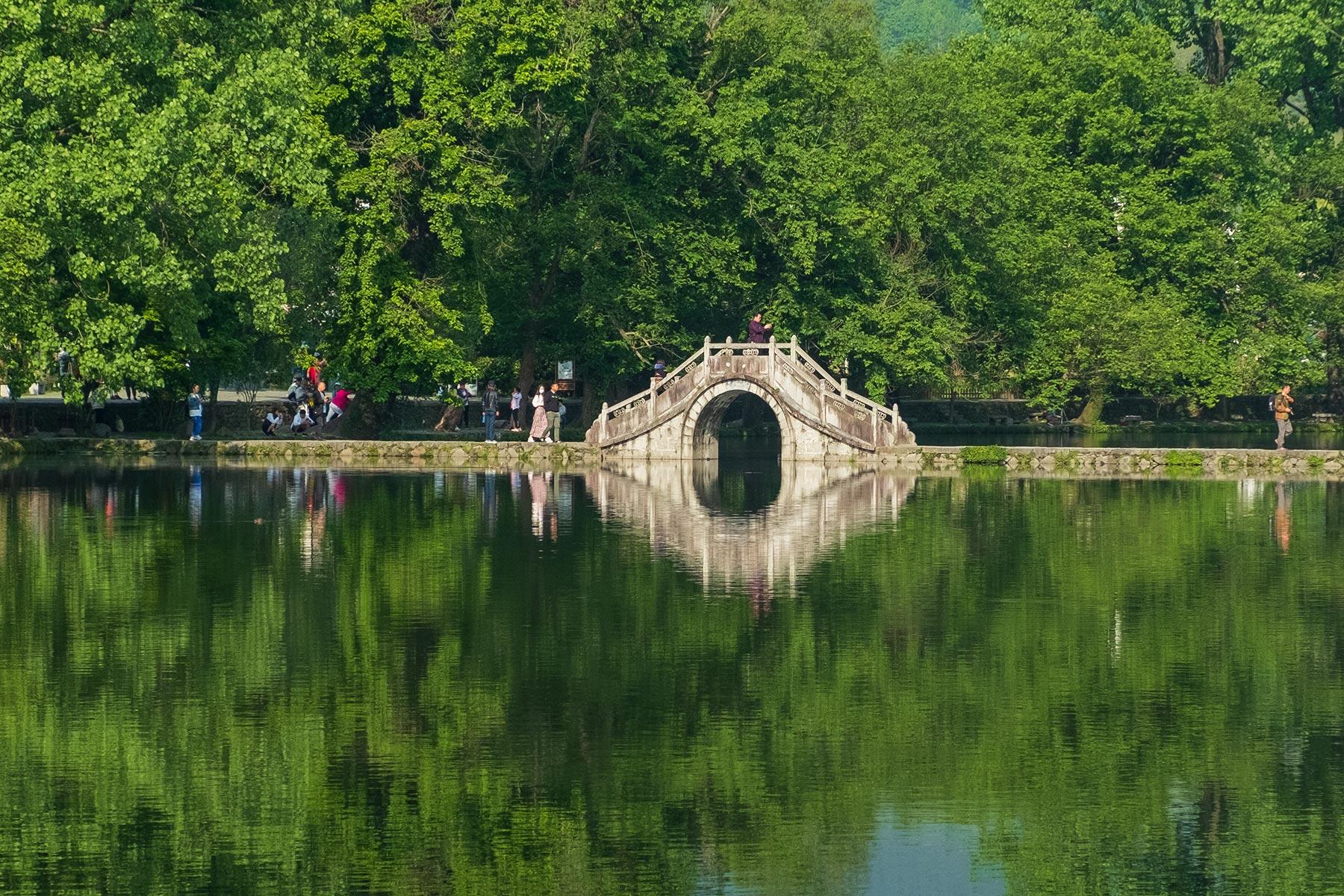 Brücke am Südlichen See in Hongcun, Anhui, China