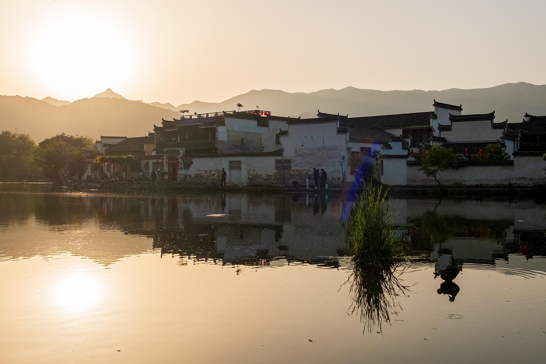 Sonnenuntergang am Südlichen See in der Altstadt Hongcun, Anhui, China