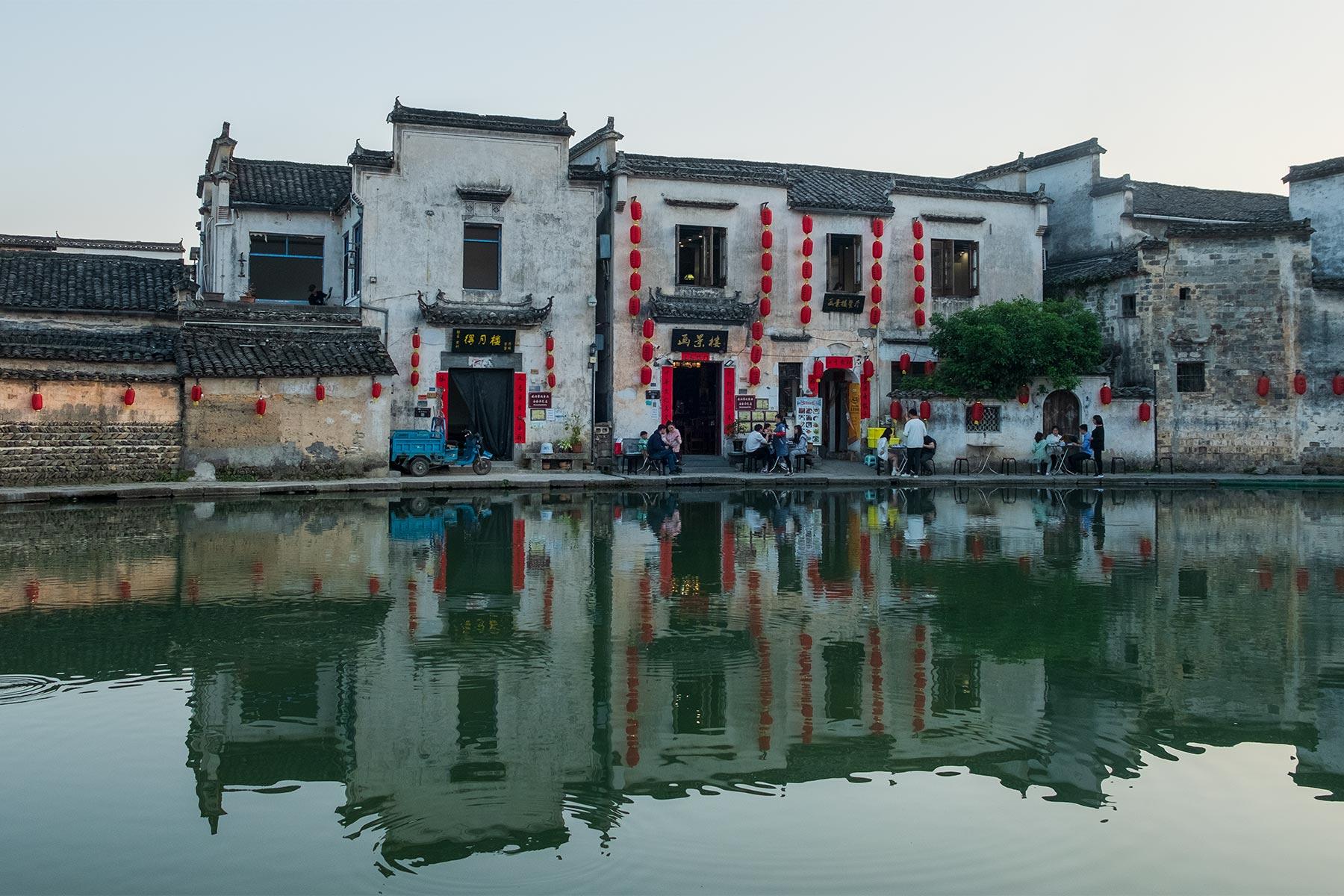 Halbmondteich in der Altstadt Hongcun in Anhui, China