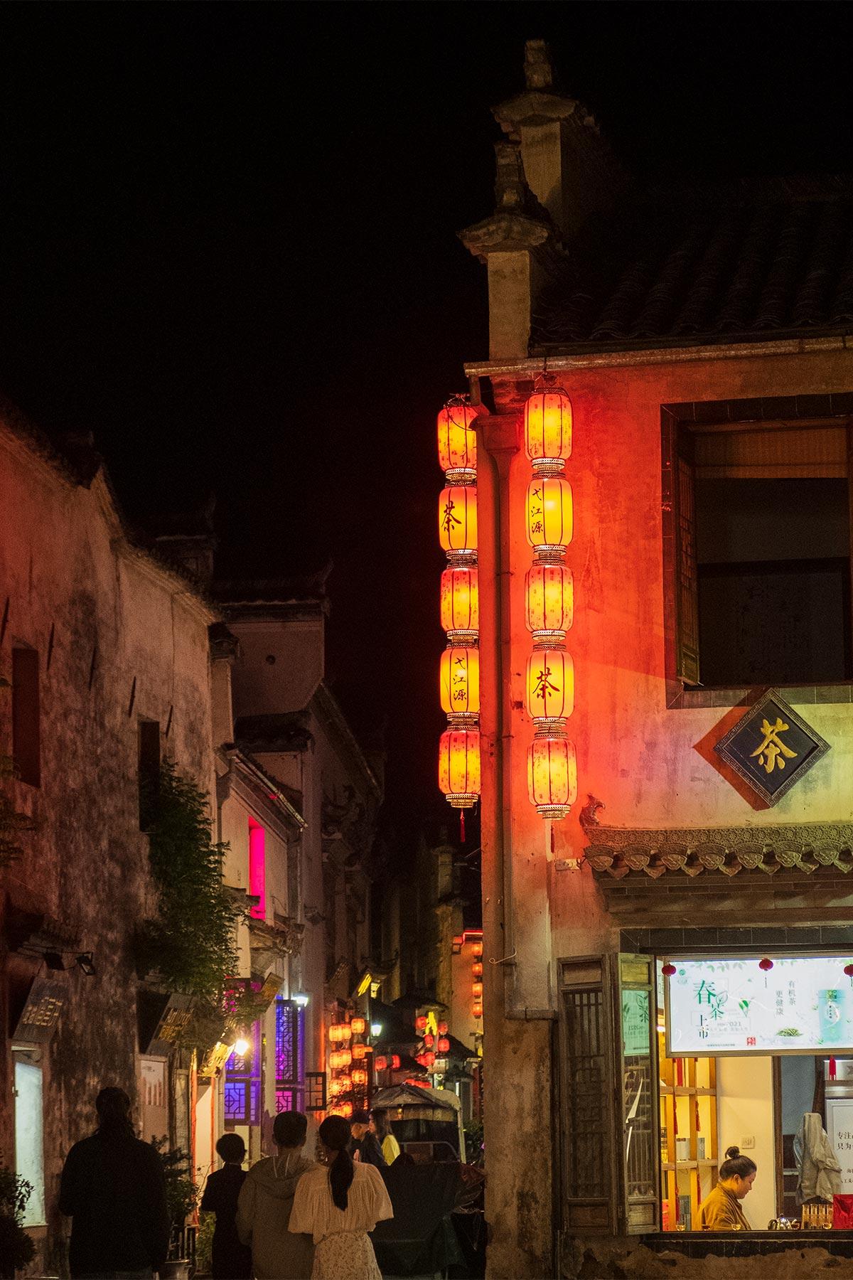 Abendszene in der Altstadt Hongcun in Anhui, China
