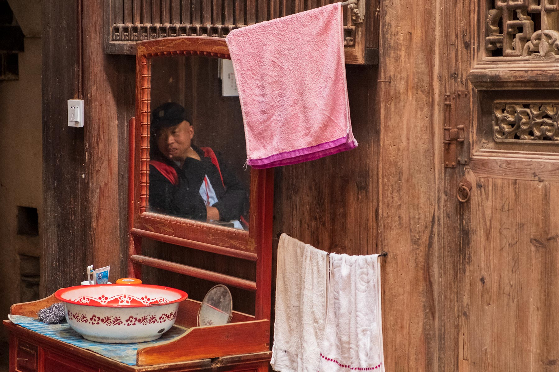 Mann im Spiegel in der Altstadt Nanping in Anhui, China