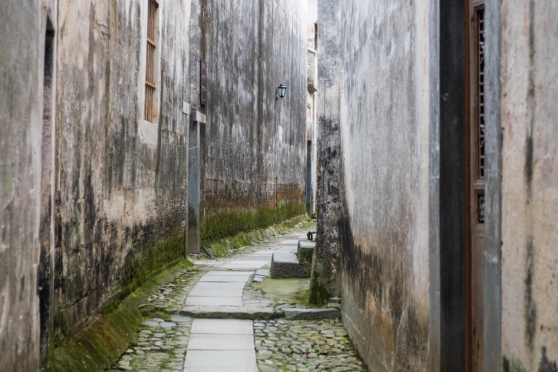 Enge Gasse in der historischen Altstadt Nanping in Anhui, China