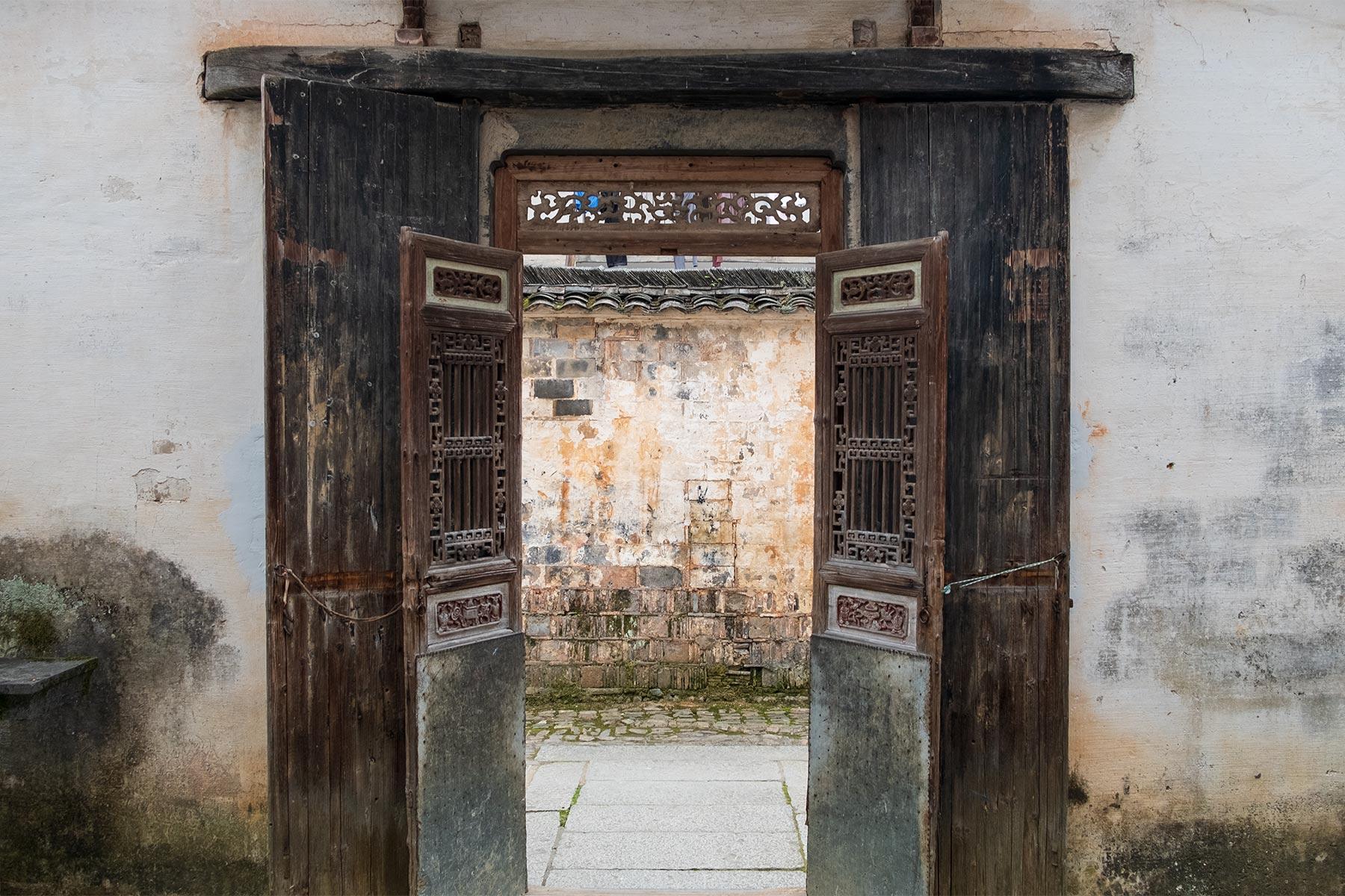 Alte Tür in der historischen Altstadt Nanping in Anhui, China