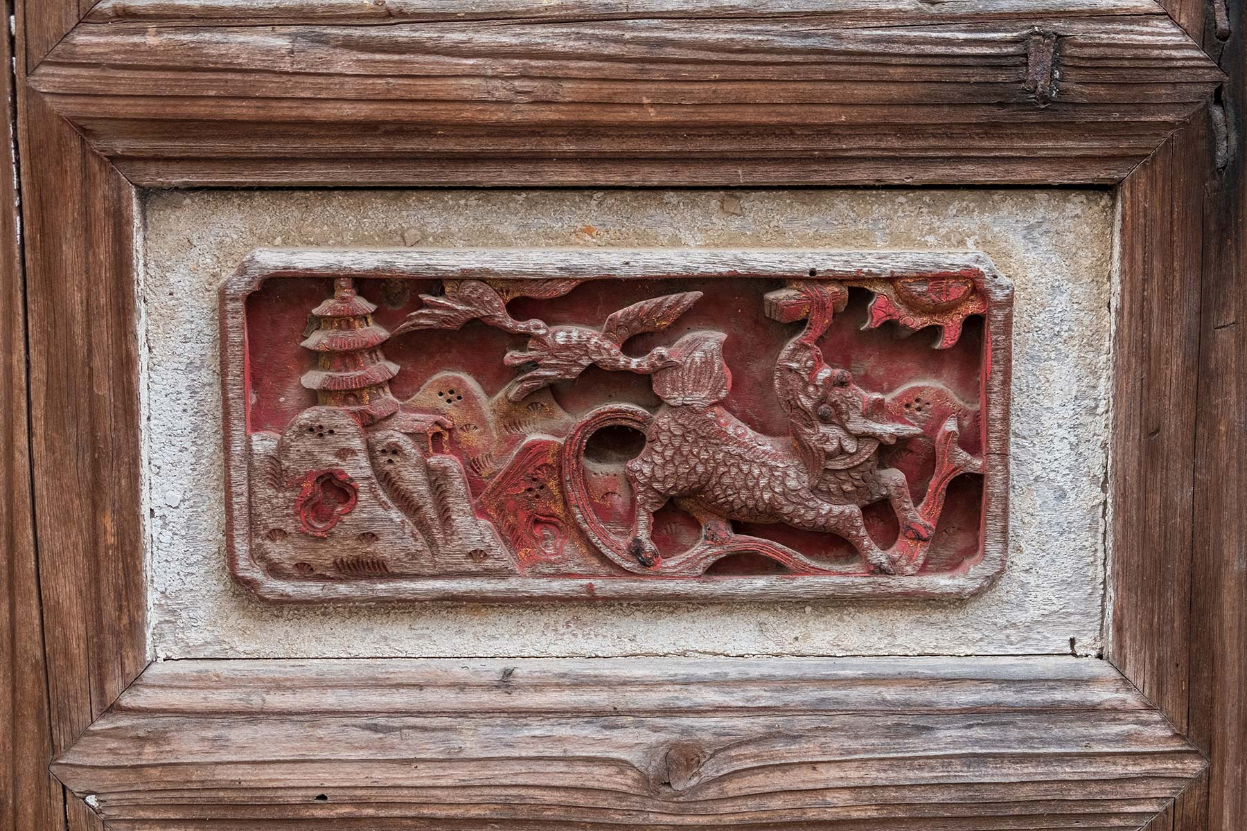 Türschnitzerei in der historischen Altstadt Nanping in Anhui, China