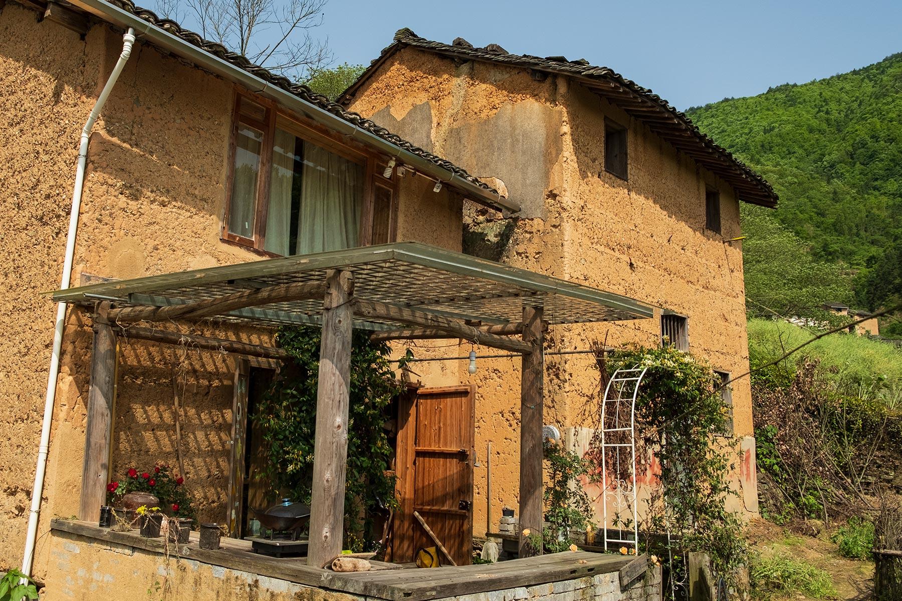 Teeladen in Yangchan Tulou 阳产土楼 Erdhäuser Dorf in Anhui, China