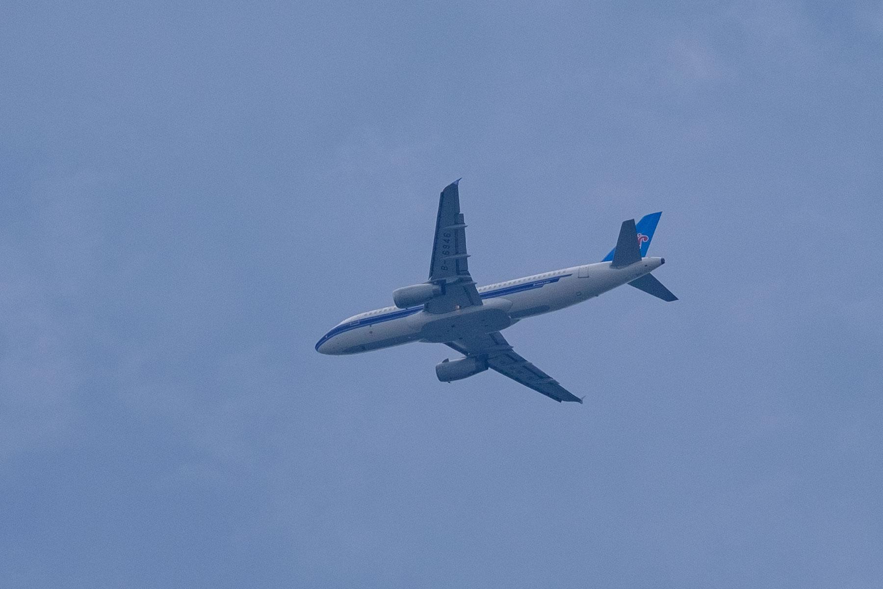 Flugzeug am Himmel über Chongqing