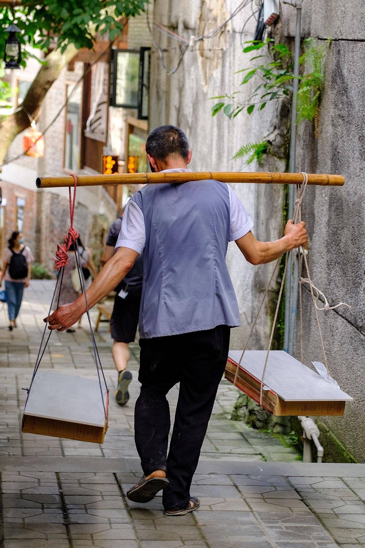 Lastenträger von Waren im Sommer in Chongqing