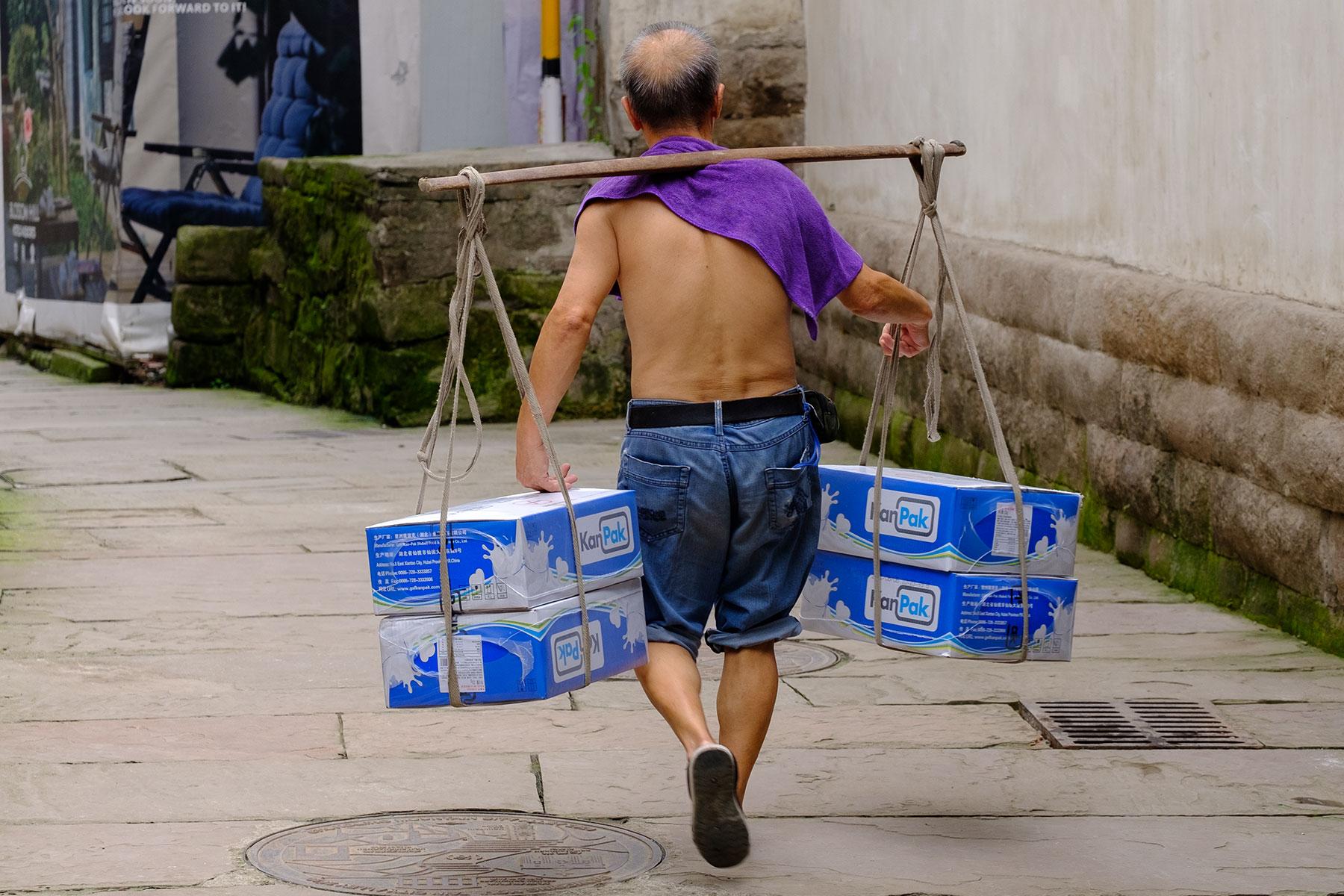 Träger von Waren in Chongqing im Sommer