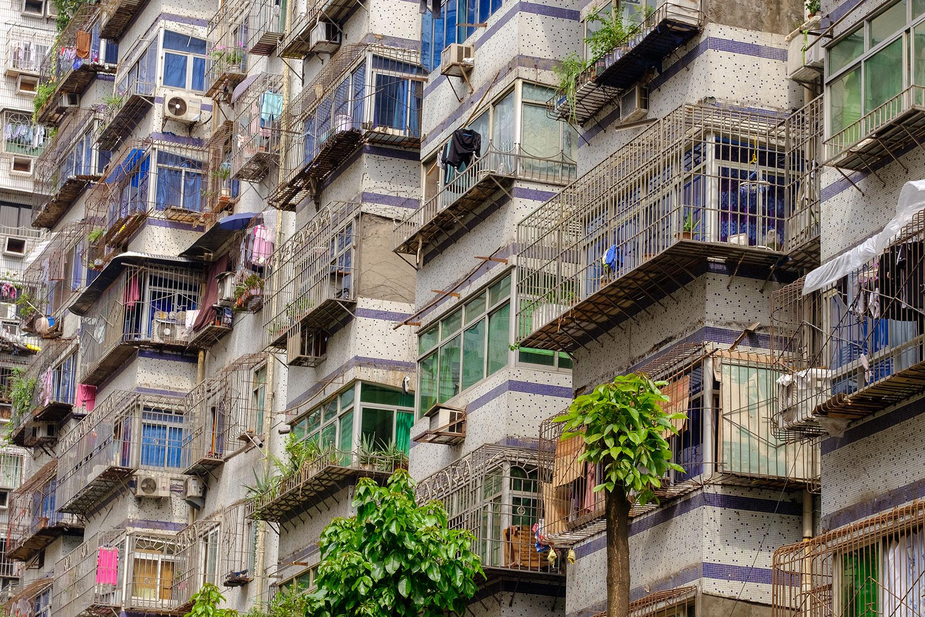 Hochhäuser mit Gittern vor Fenstern in Chongqing China