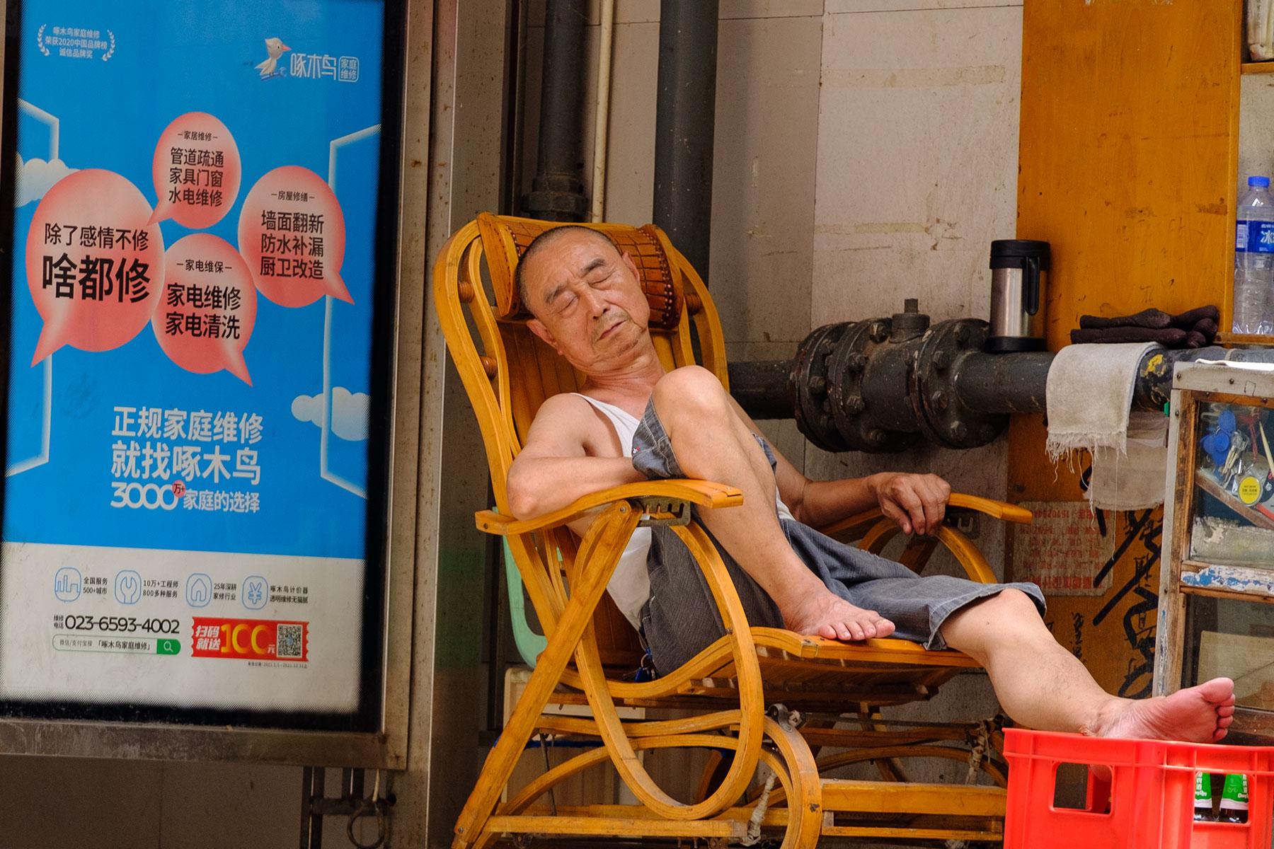 Schlafender Mann auf Straße im Sommer in Chongqing