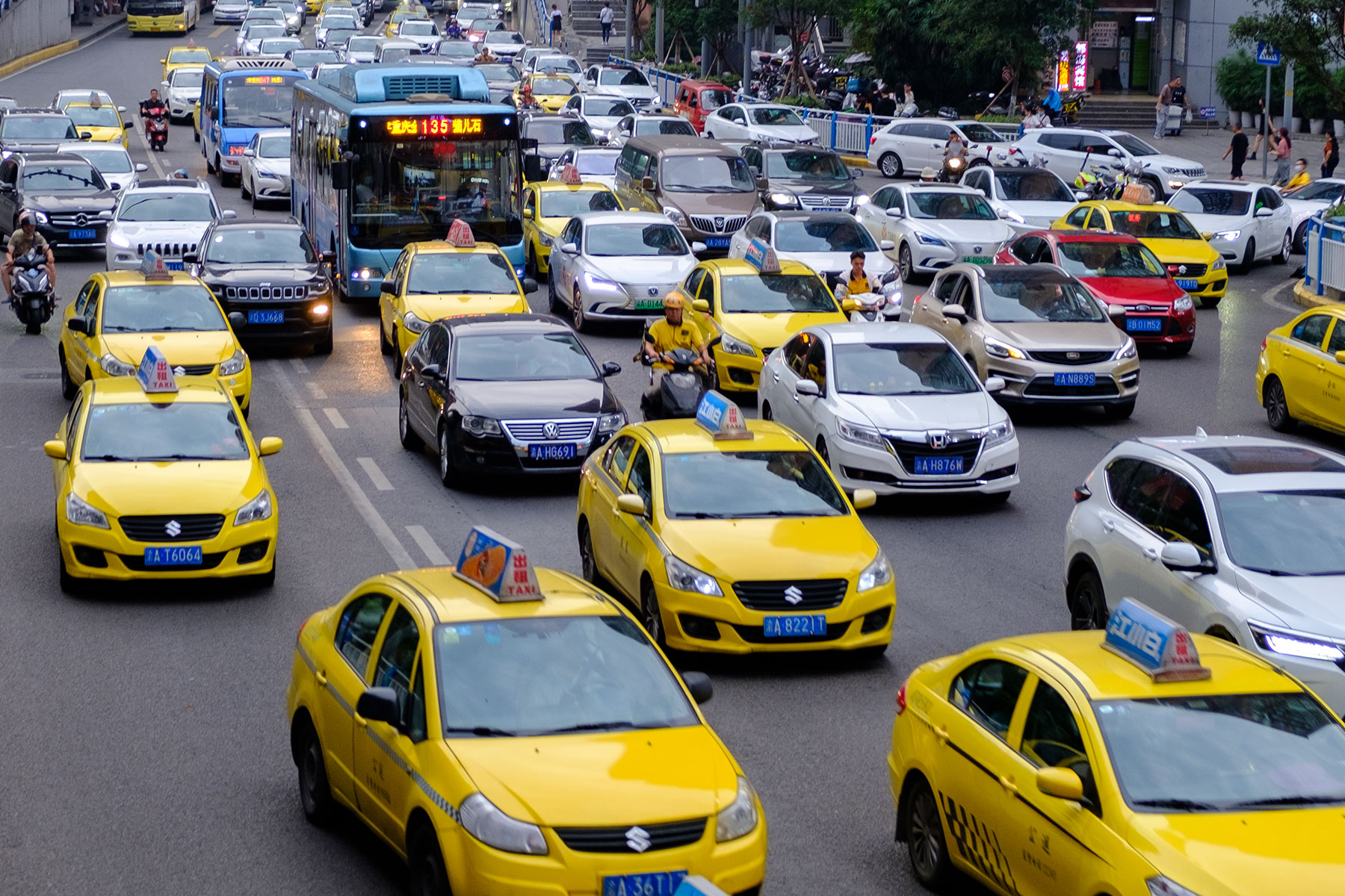 Volle Straße mit gelben Taxis in Chongqing in China