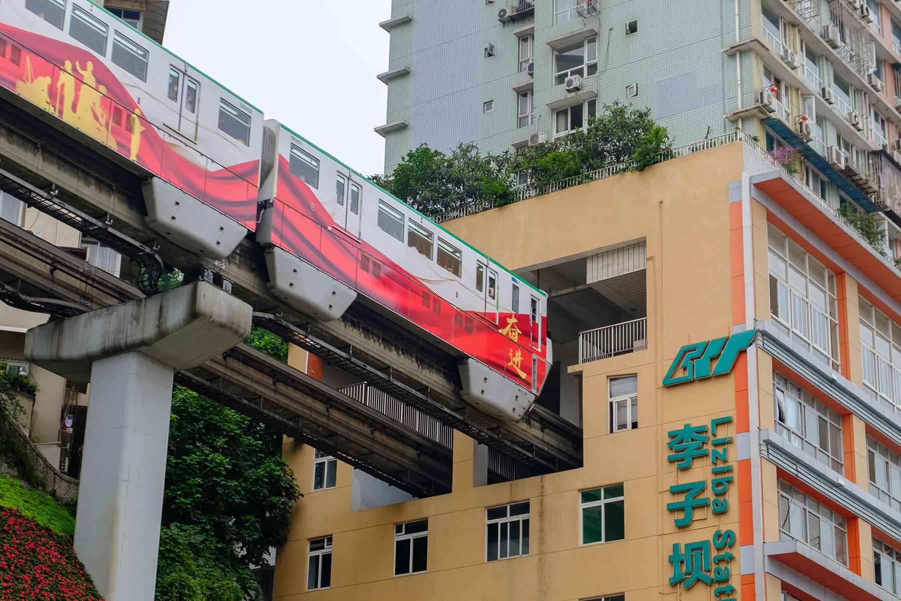Metro Zug fährt in Haus in Chongqing