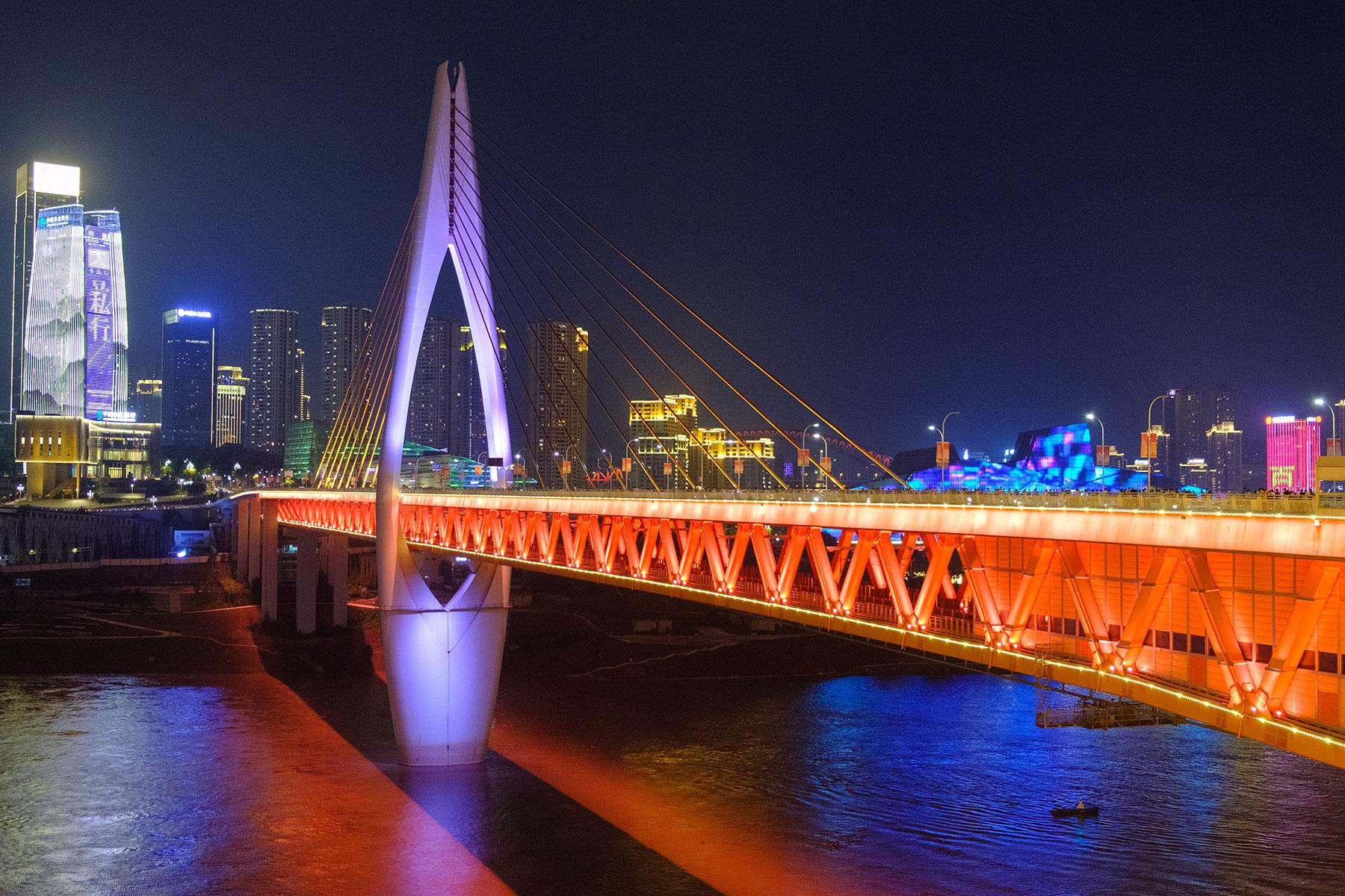 Qiansimen Brücke bei Nacht in Chongqing
