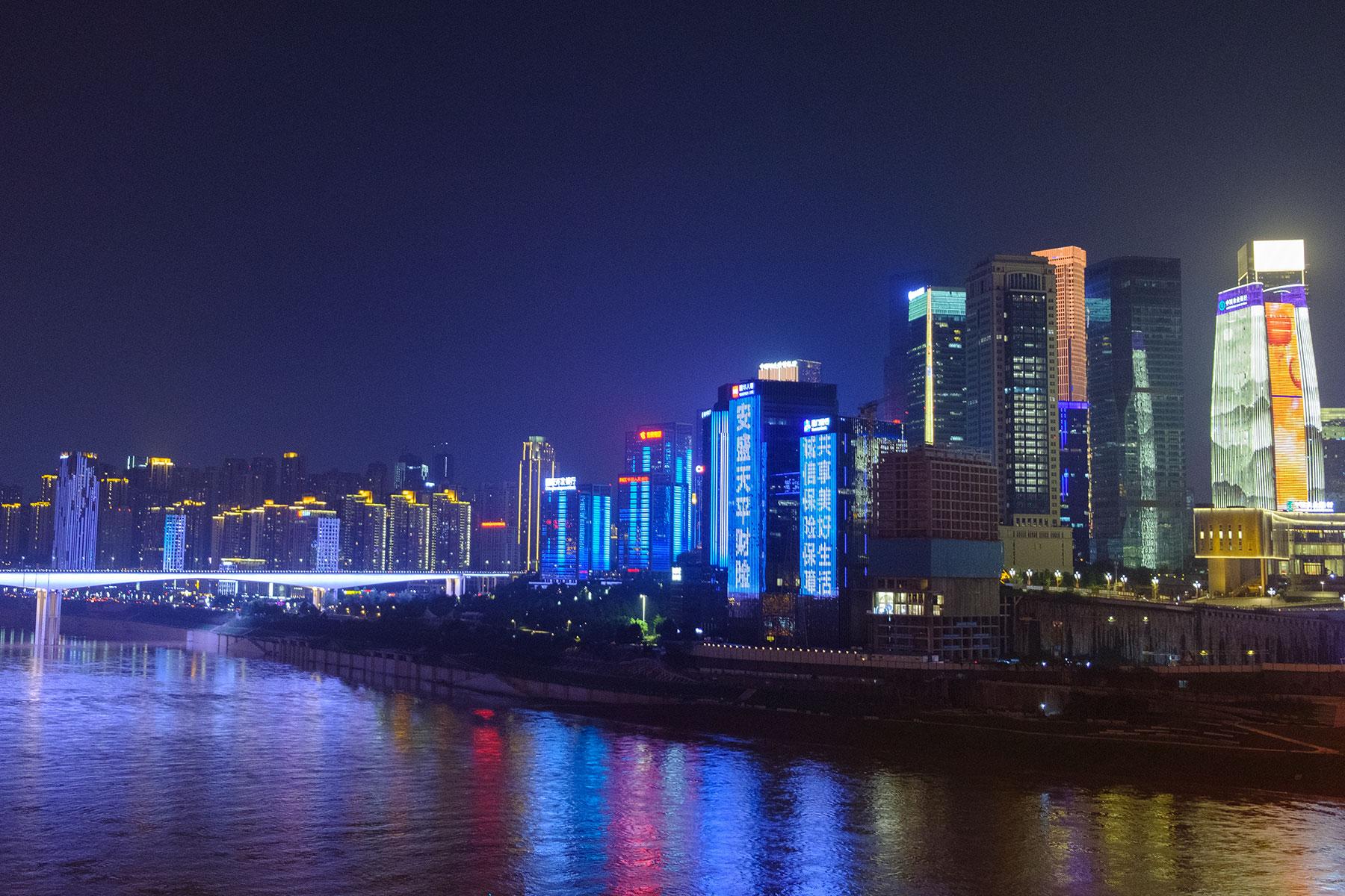 Beleuchtete Skyline bei Nacht in Chongqing