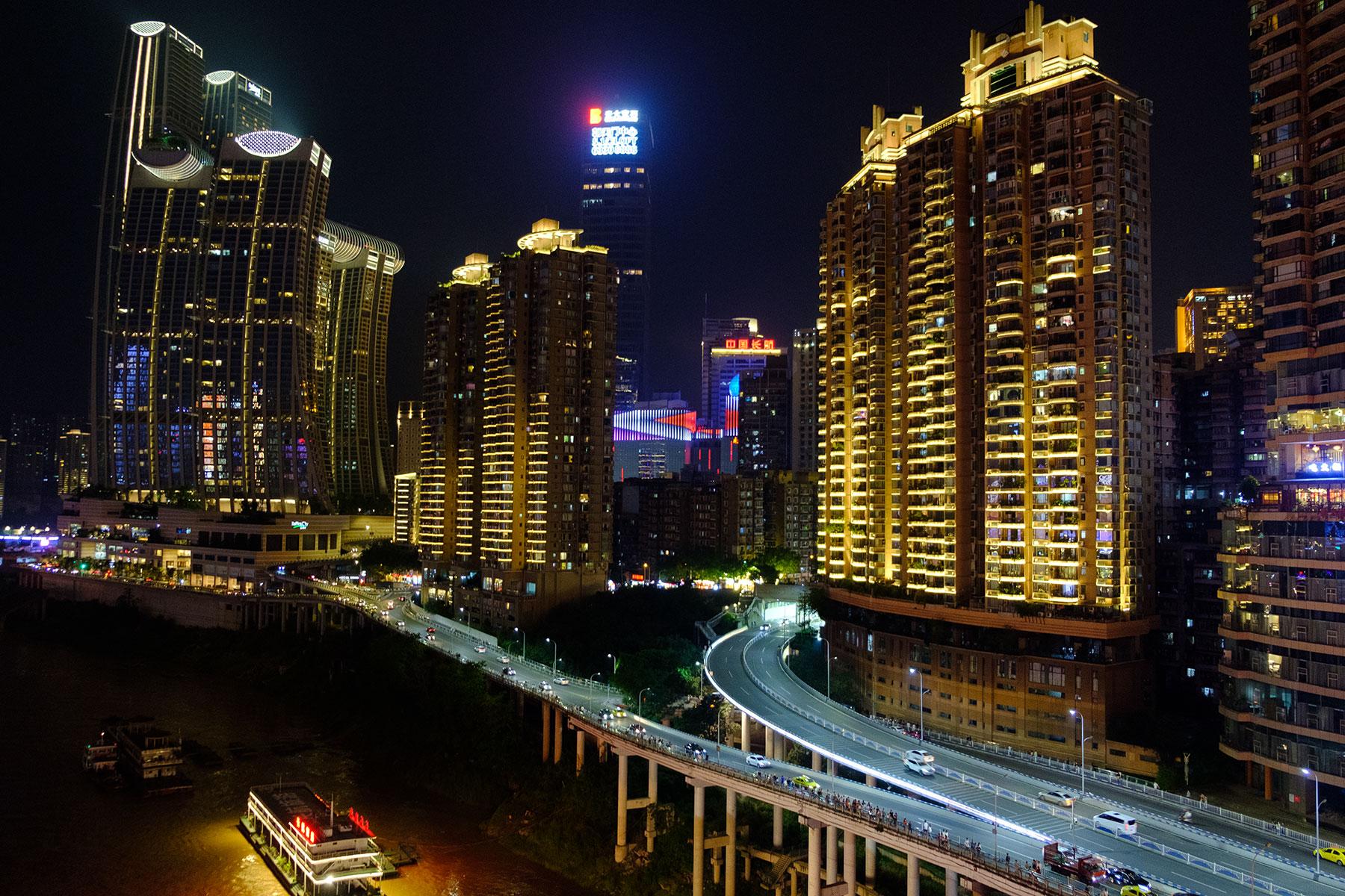 Hochhäuser bei Nacht in Chongqing China