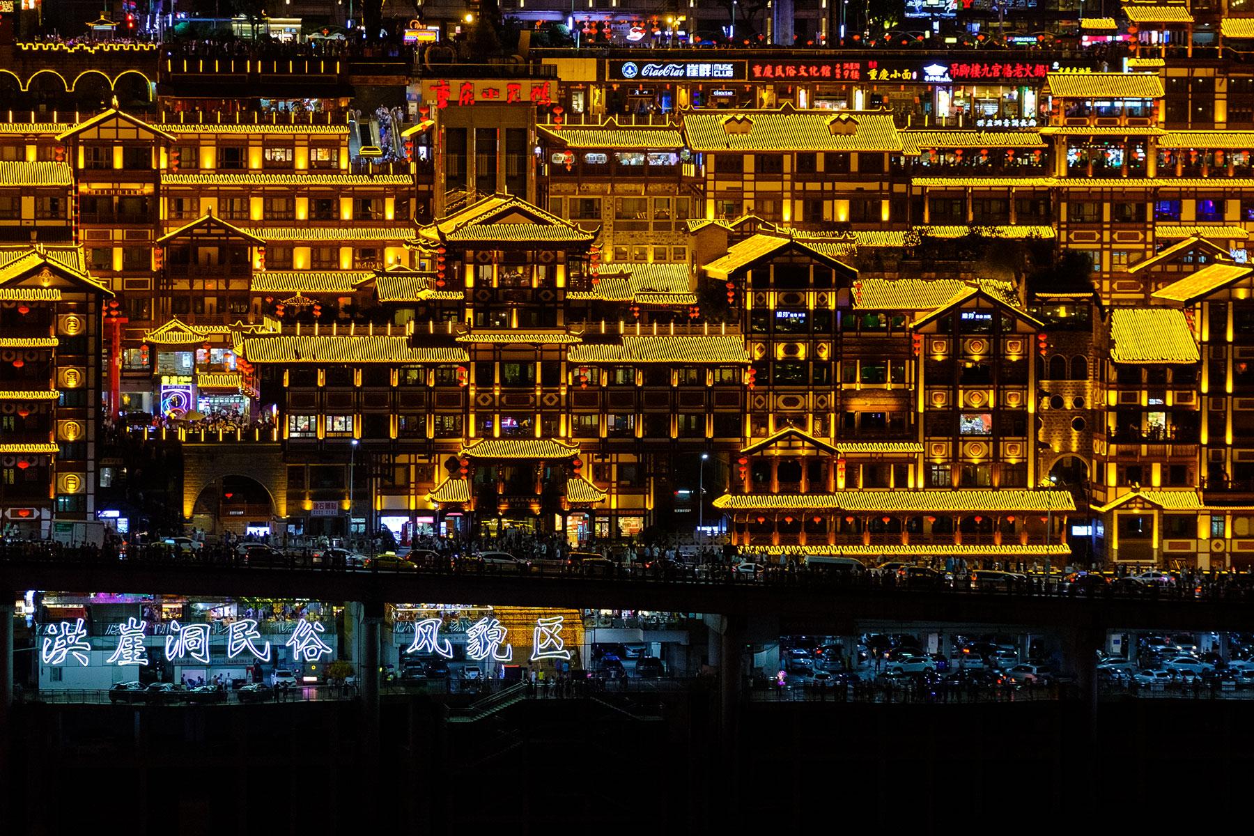 Stelzenbauten Hongyadong in Yuzhong bei Nacht in Chongqing