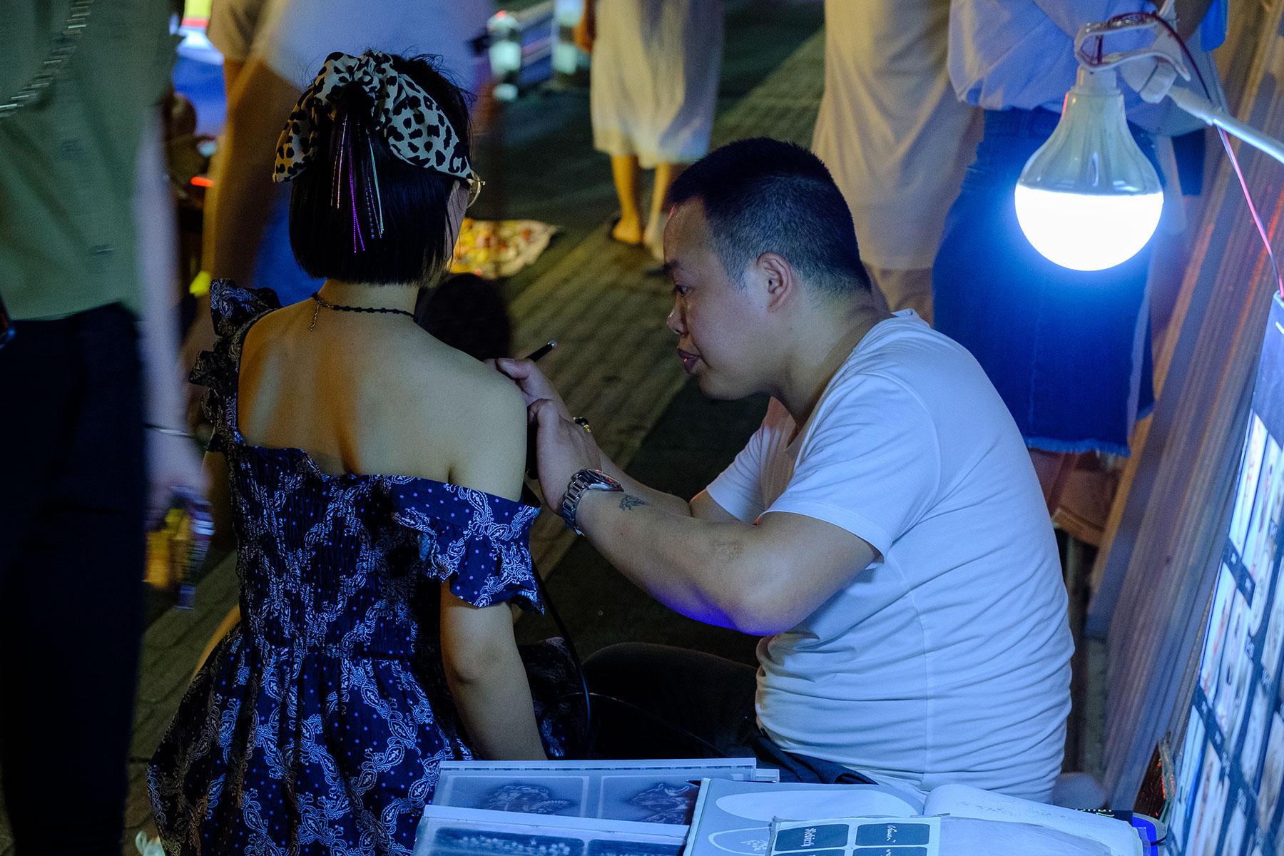 Henna Tattoo bei Nacht in Chongqing