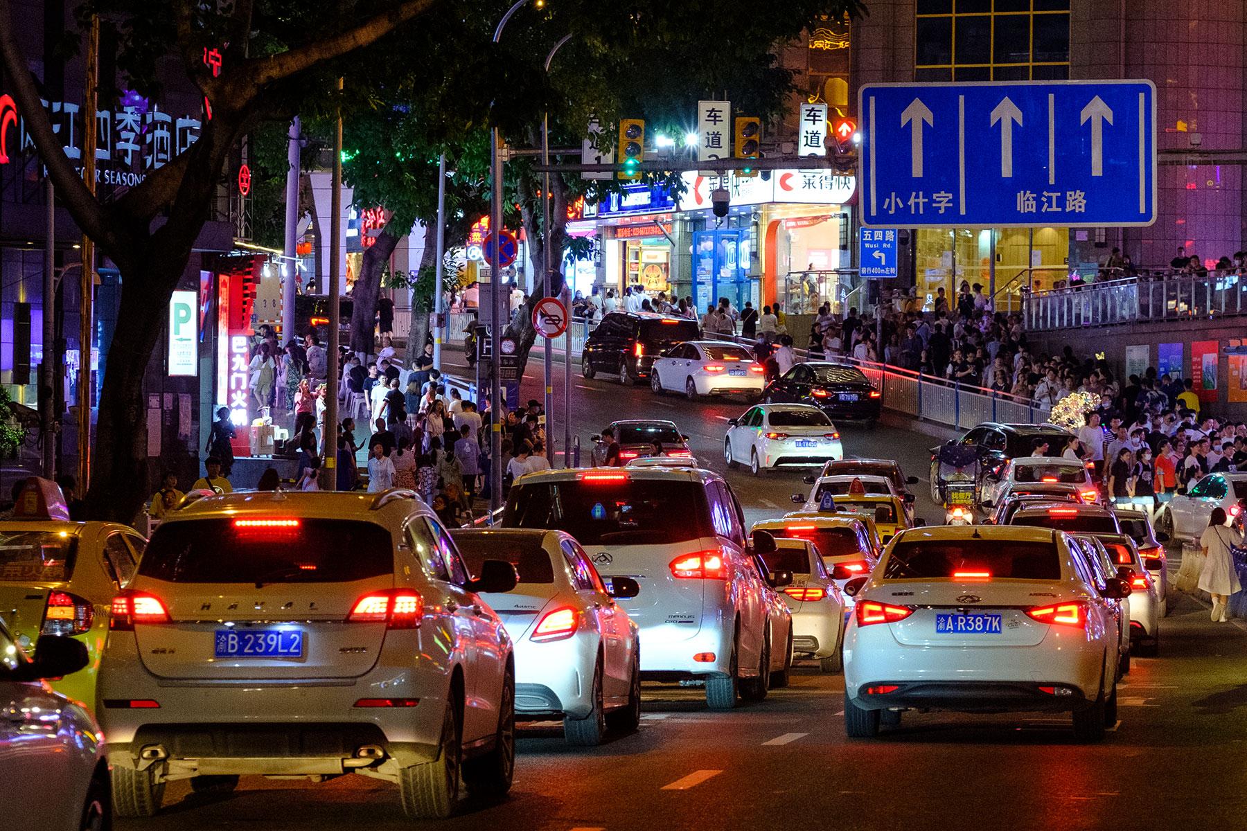 Autos im Stau bei Nacht in Chongqing