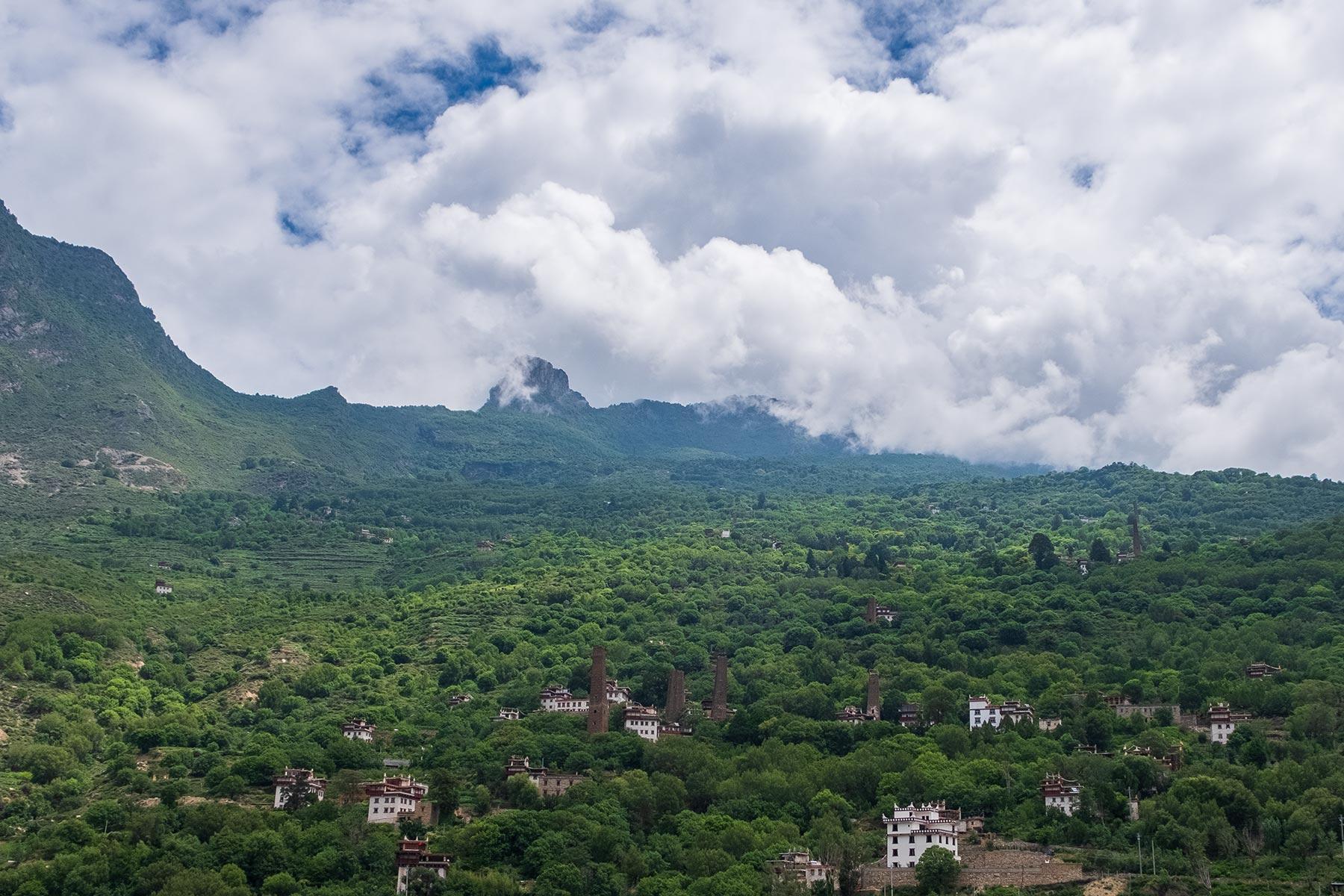 Türme aus Stein im tibetischen Dorf Danba Zangzhai in China