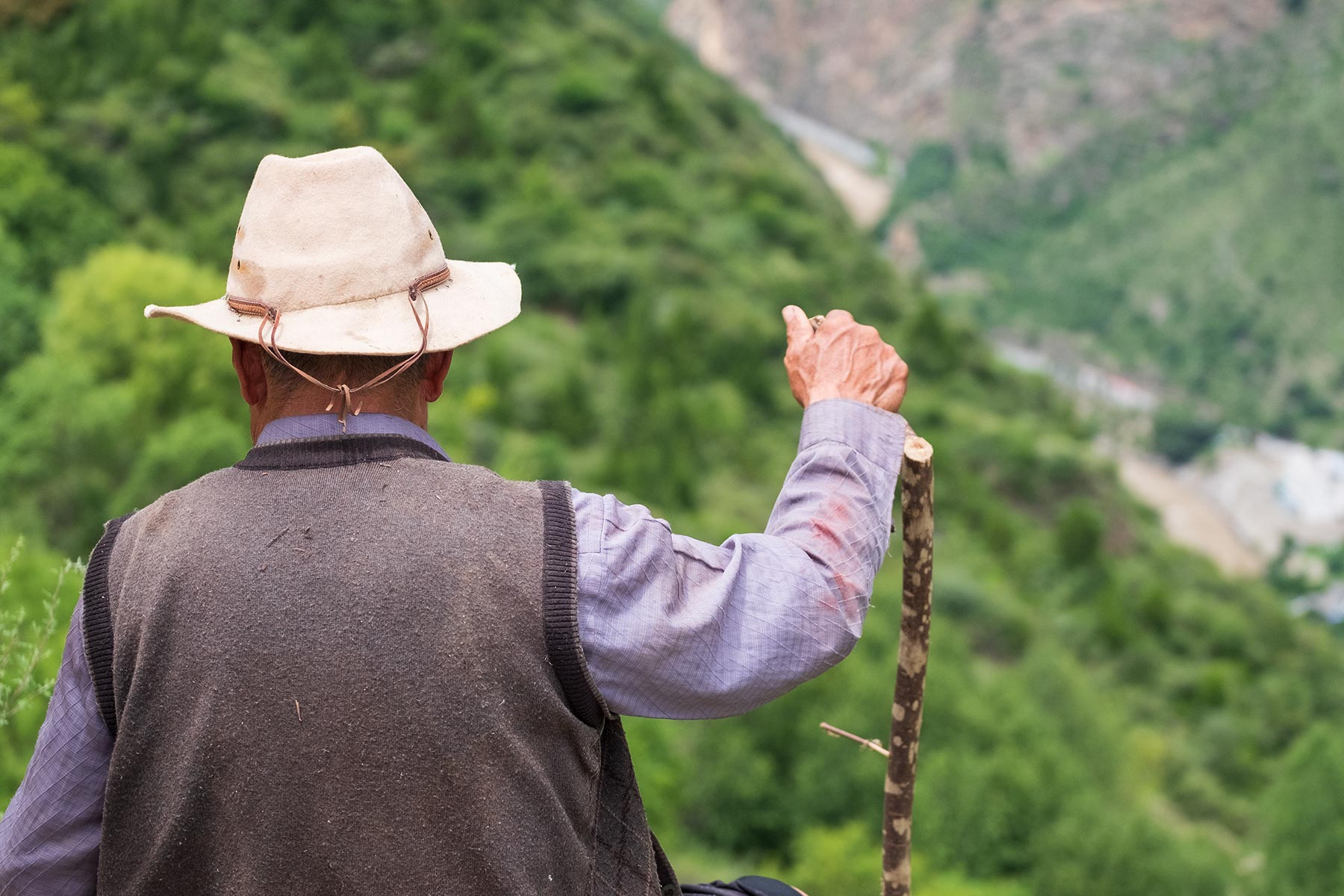 Alter Mann mit Hut in Natur in China