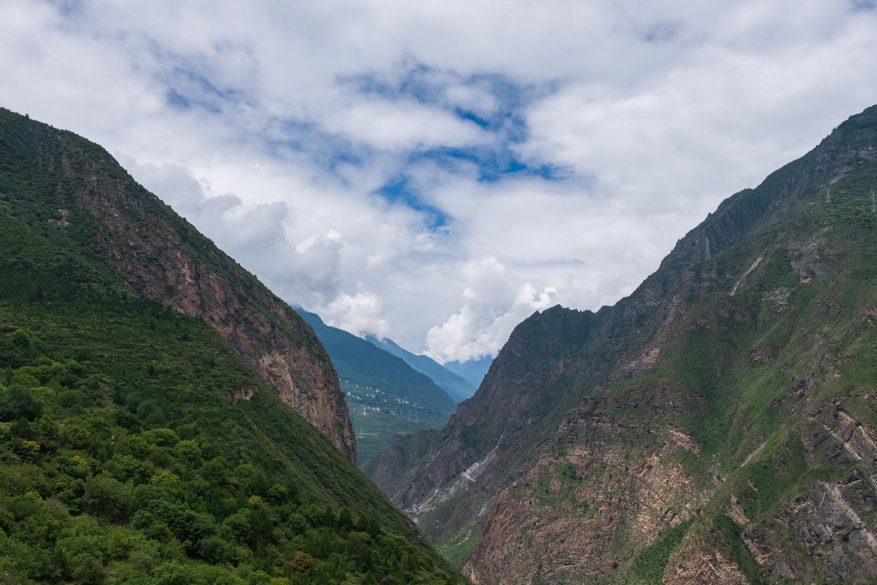 Schlucht nahe des tibetischen Dorfes Danba Zangzhai in China