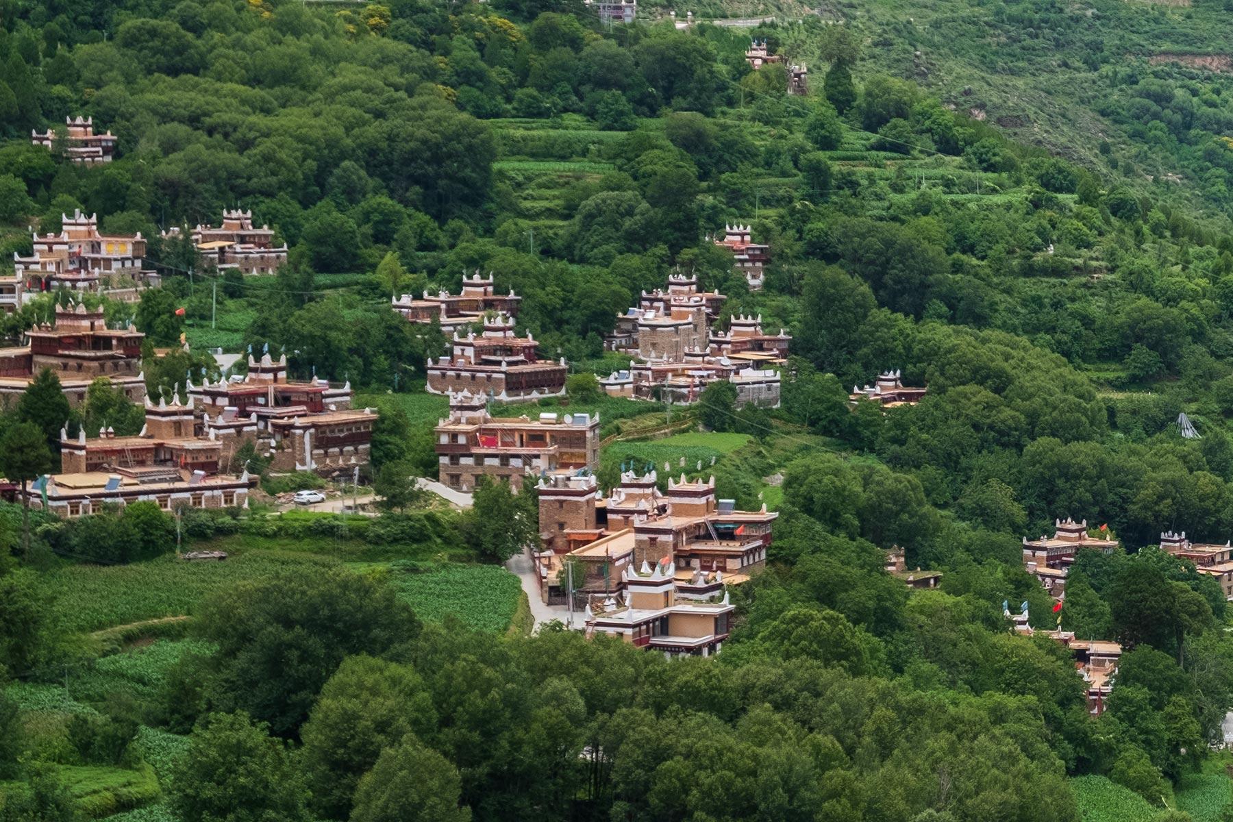 Blick auf tibetisches Dorf Danba Zangzhai in China