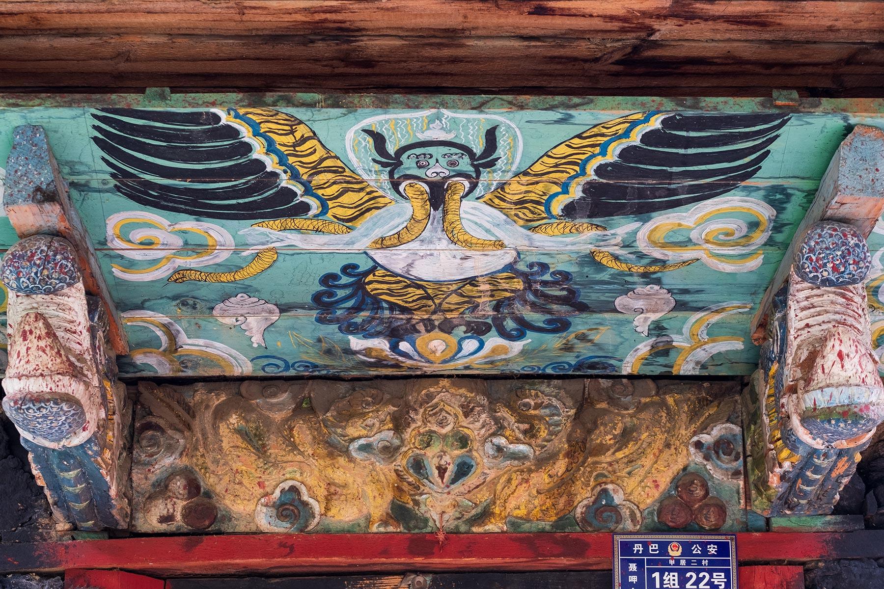 Holzverzierungen Malereien im tibetischen Dorf Danba Zangzhai in China