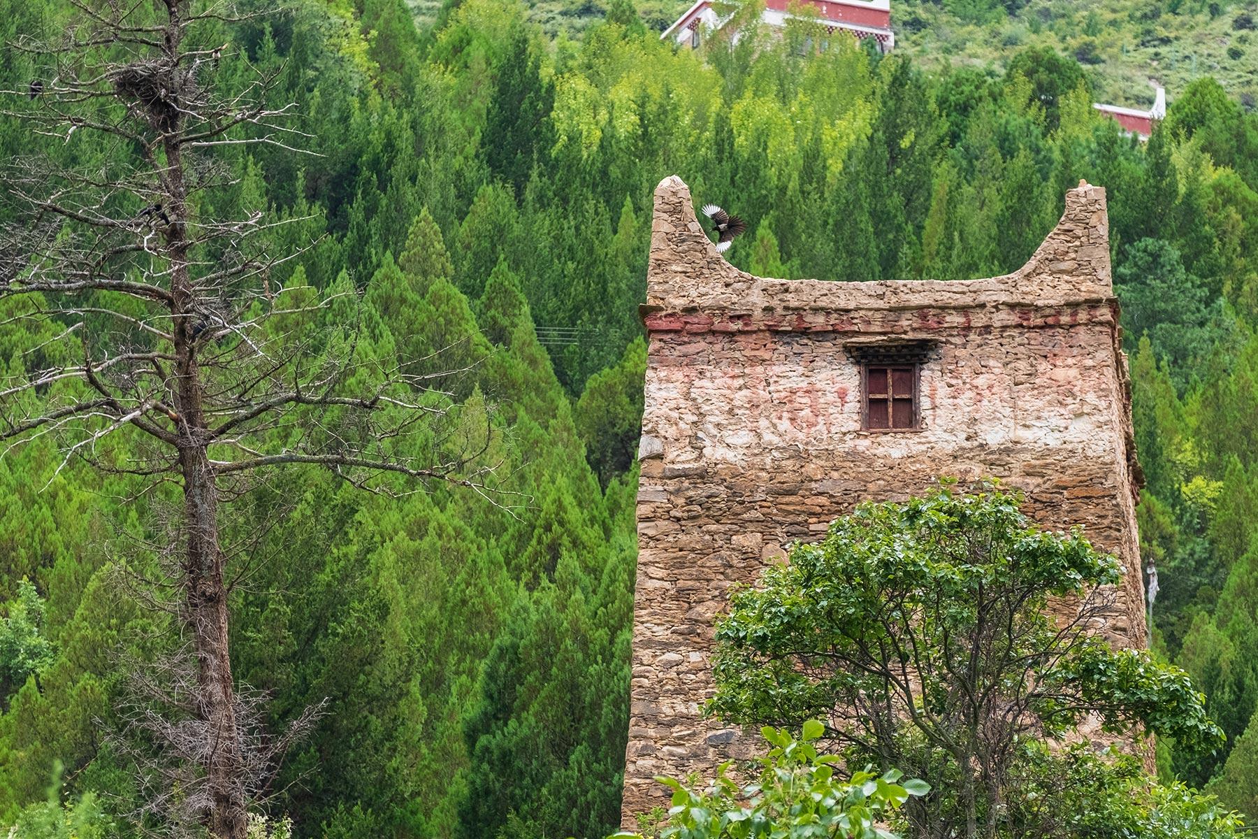 Turm aus Stein im tibetischen Dorf Danba Zangzhai in China