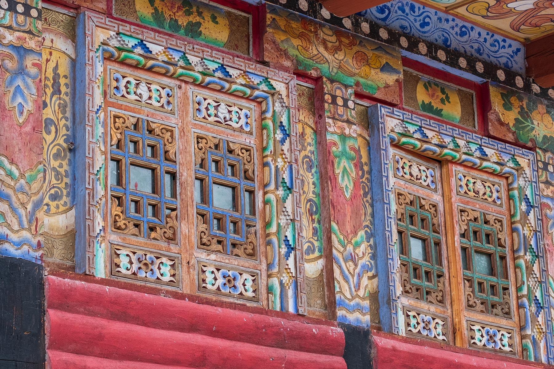 Holzverzierung Malerei in tibetischen Dorf Danba Zangzhai in China