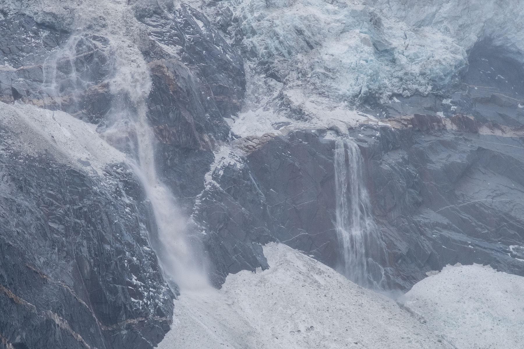 Gletscher mit Schnee und Wasserfall im Vogel im Hailuogou Gletscher Park in Sichuan