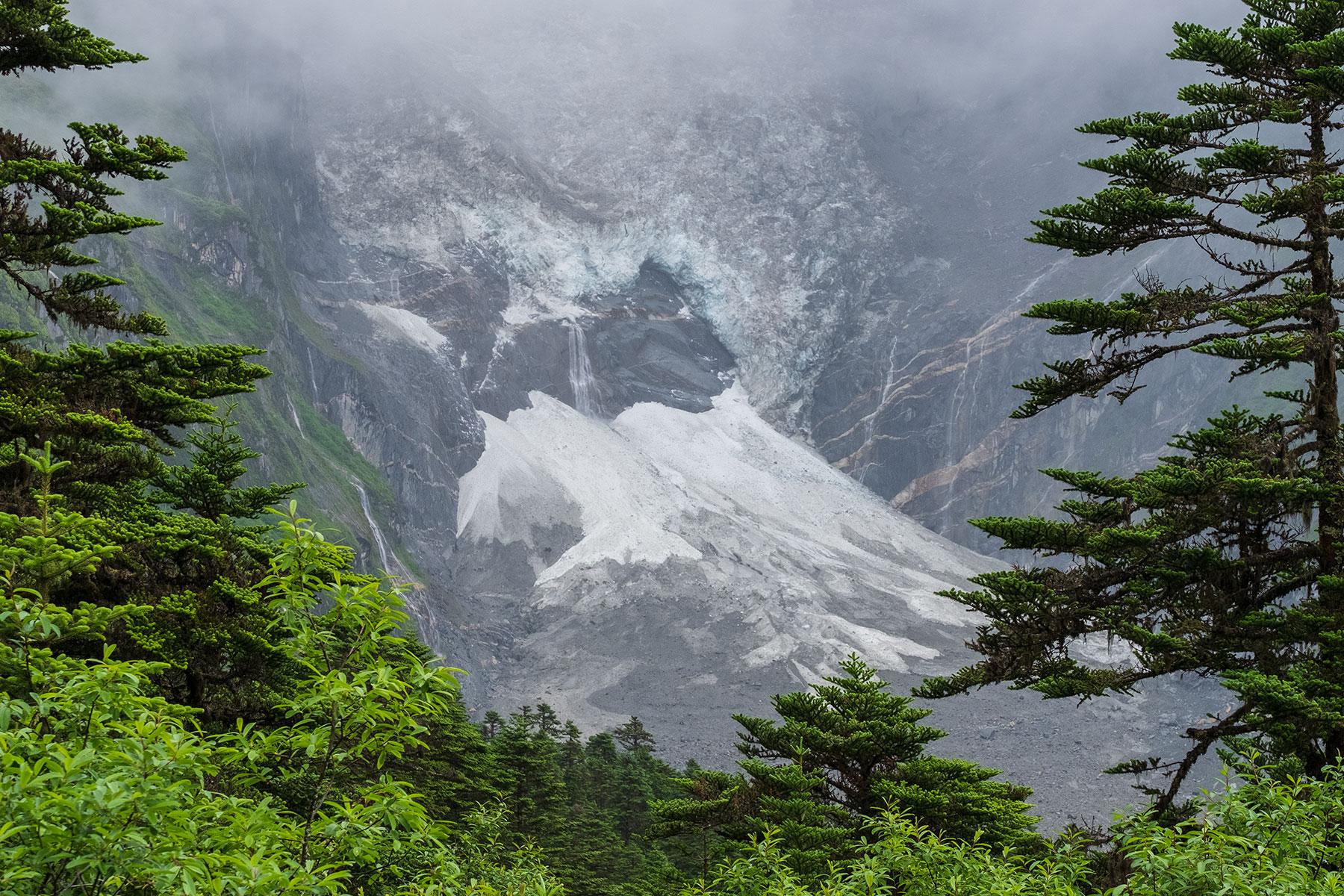 Blick auf Gletscher im Vogel im Hailuogou Gletscher Park in Sichuan