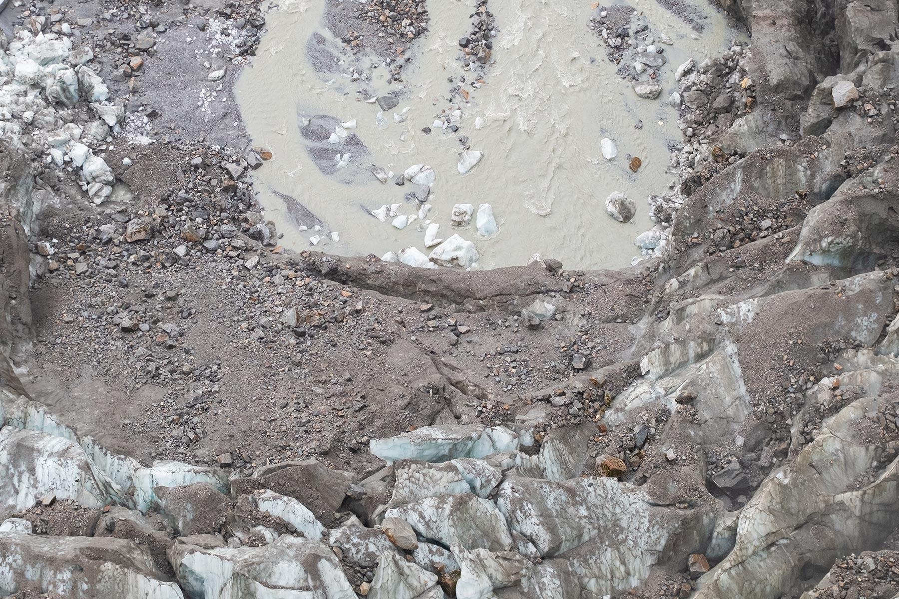 Wasser tritt aus Gletscher im Vogel im Hailuogou Gletscher Park in Sichuan
