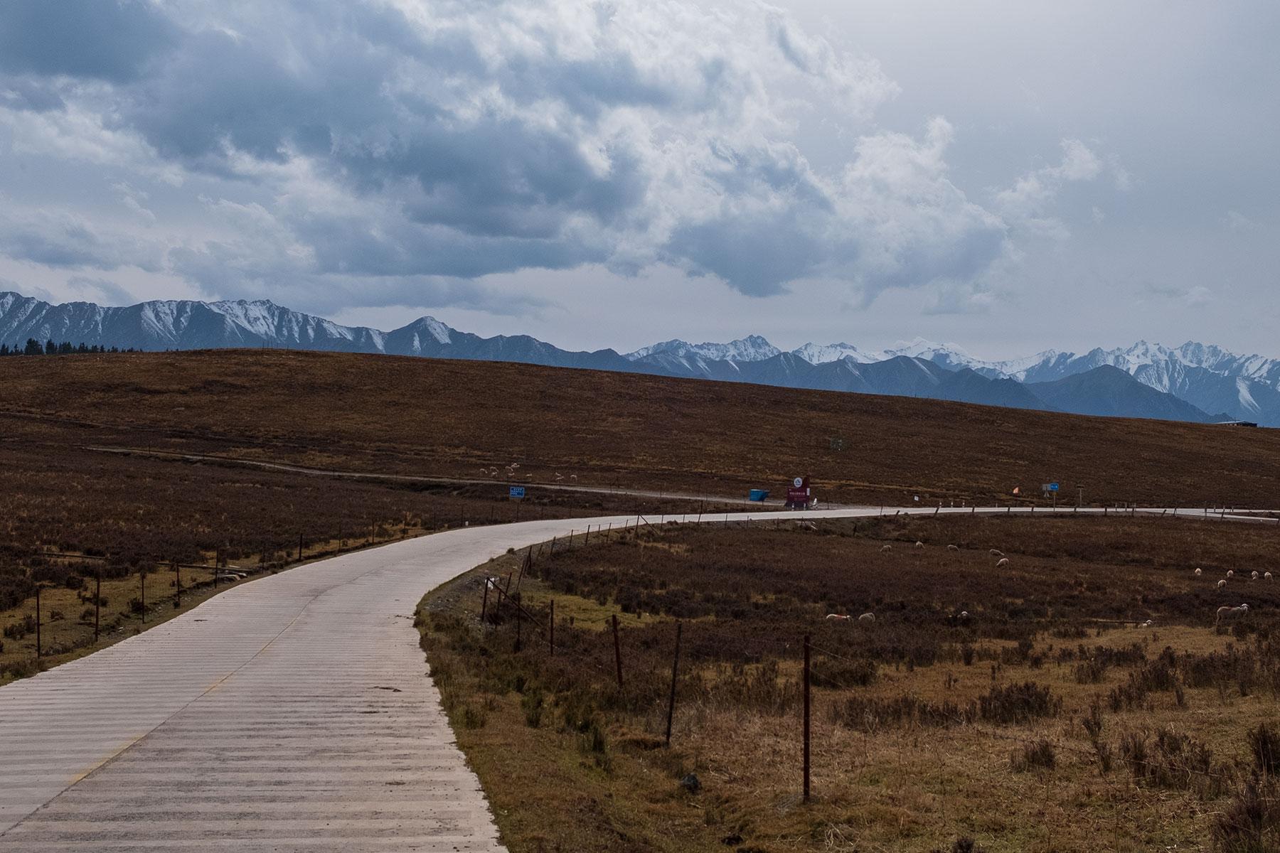 Bergkette mit Schnee im Kangle Grassland in Gansu in China