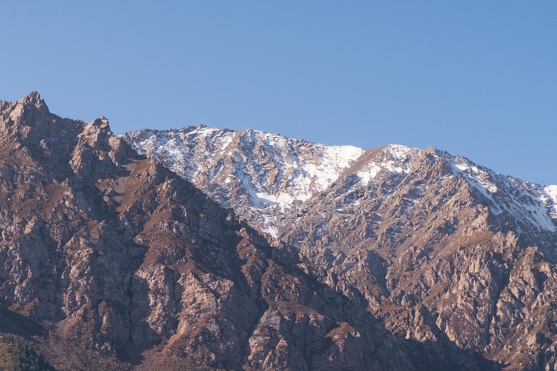 Blick auf die Berge am Mati Tempel in Gansu