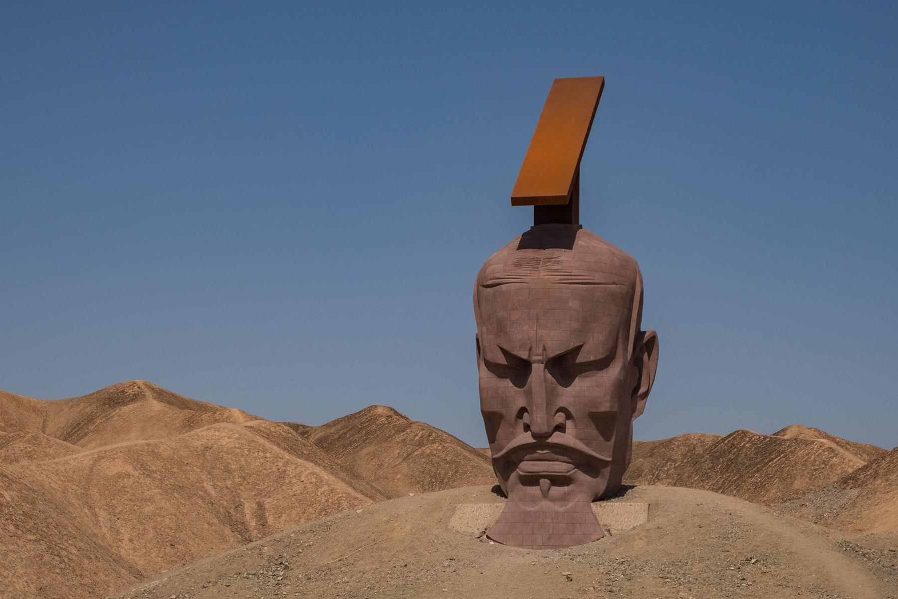 Kunstwerk Kopf in der Wüste in Gansu in China
